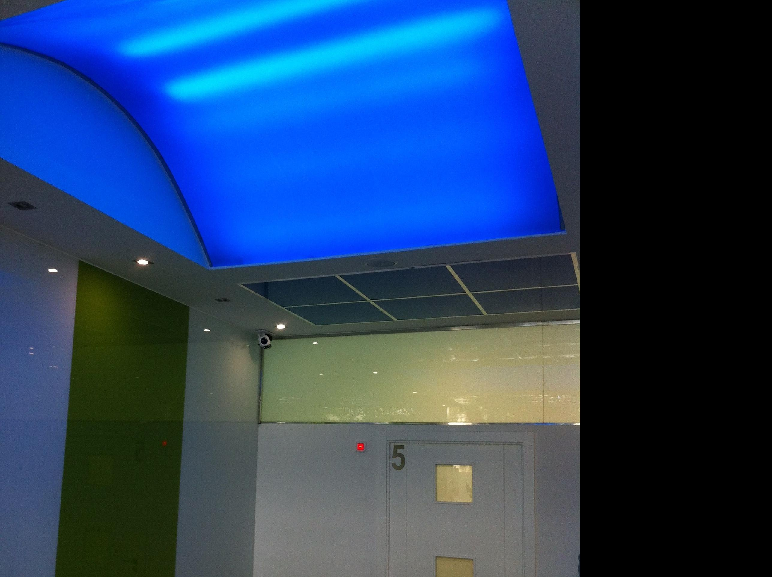 Cúpula azul el la entrada CLÍNICA NUPOFIS