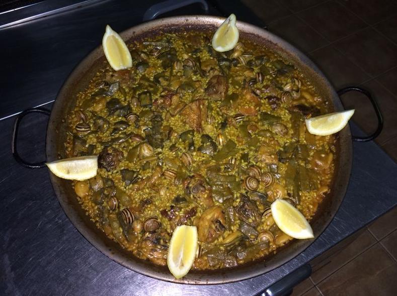 paella de pollo, conejo, alcachofas y caracoles