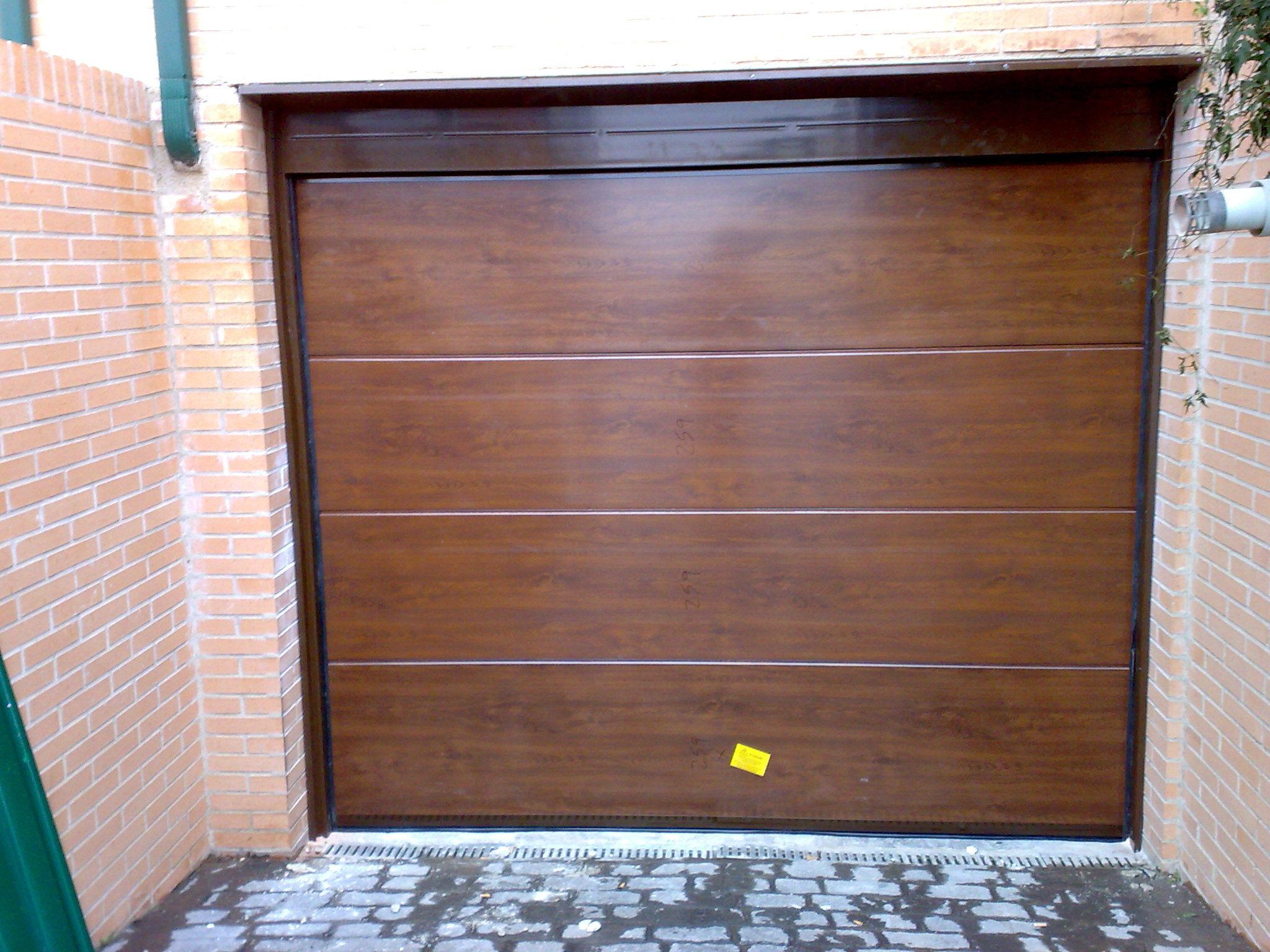 Puerta seccional de garaje imitacion madera