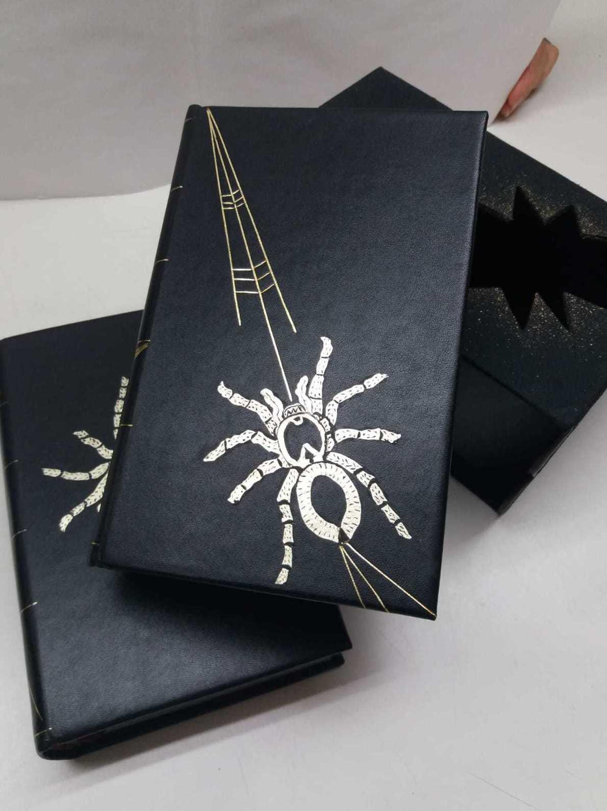 La araña negra de Blasco Ibáñez. Encuadernación en piel de cabra con mosaico superpuesto.
