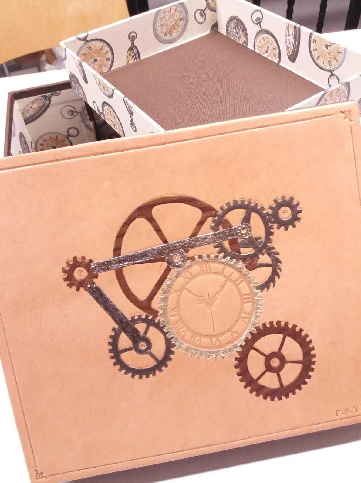 Caja para relojes con tapa de piel zumaque decorada con mosaico de pieles metalizadas.