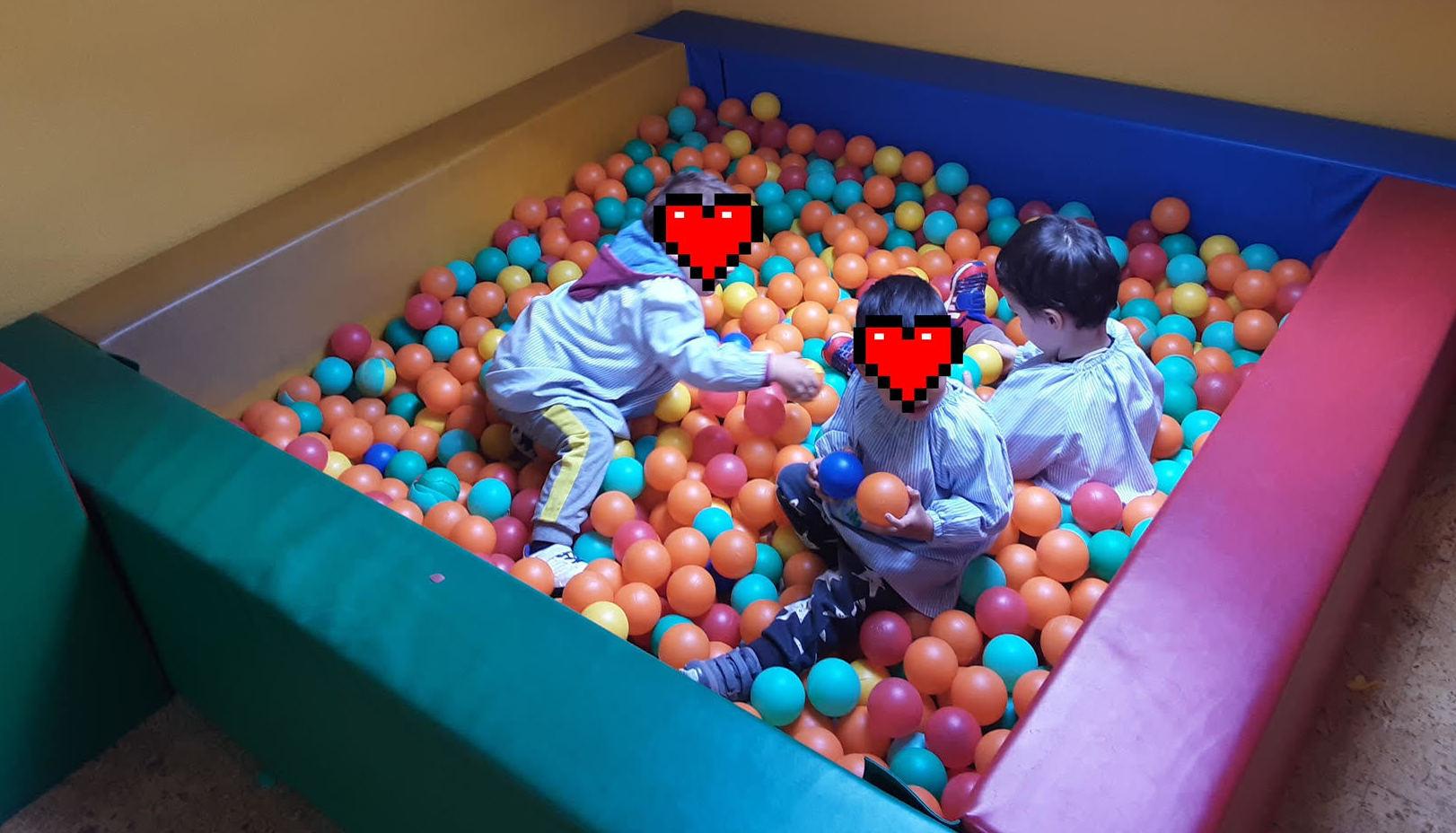 El juego en la piscina de bolas, ayuda al equilibrio emocional de los peques