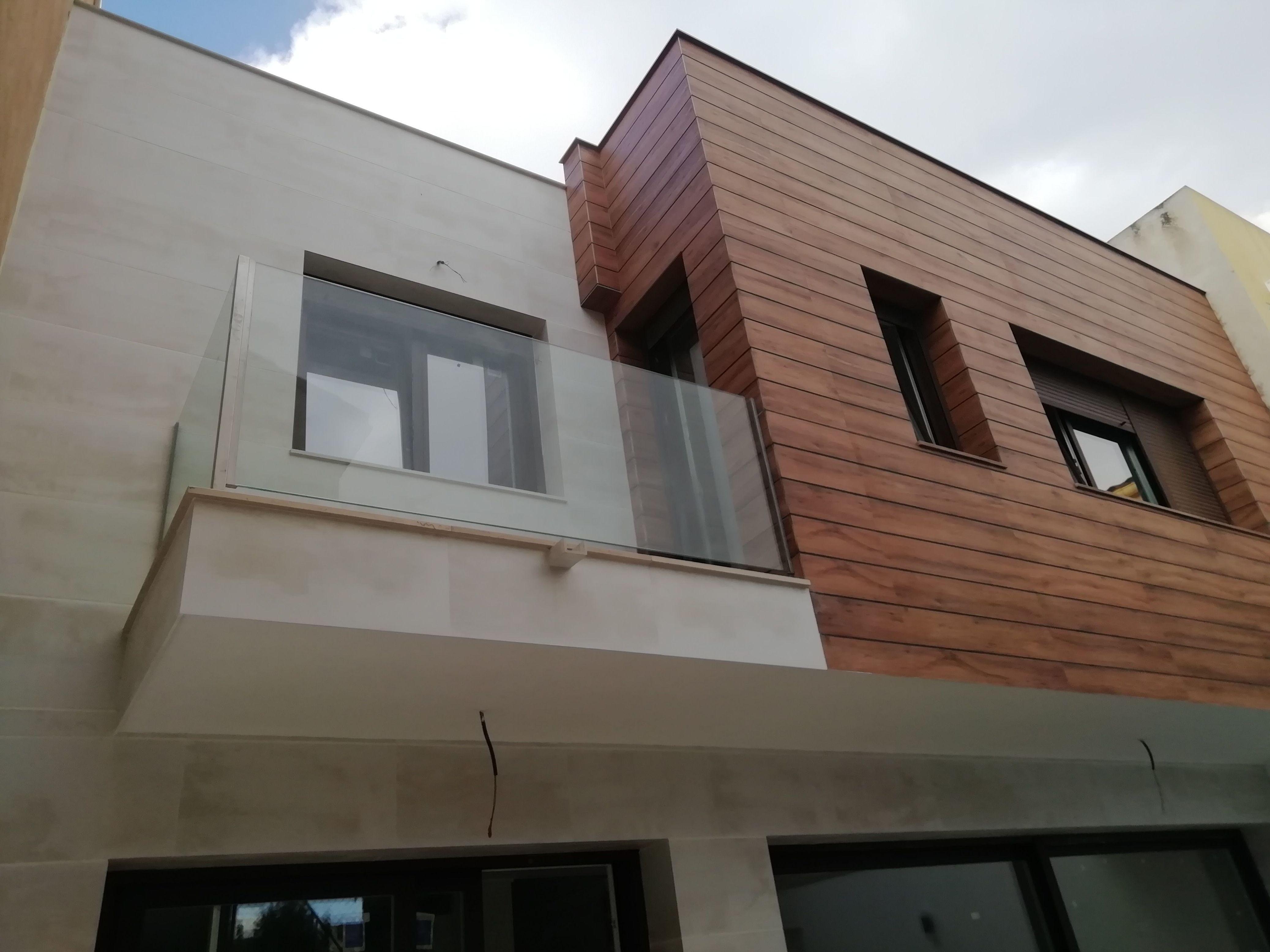 Seredacon, Vivienda Nueva  <<Unifamiliar entre medianeras>> vista fachada patio interior de aplacado mecanizado