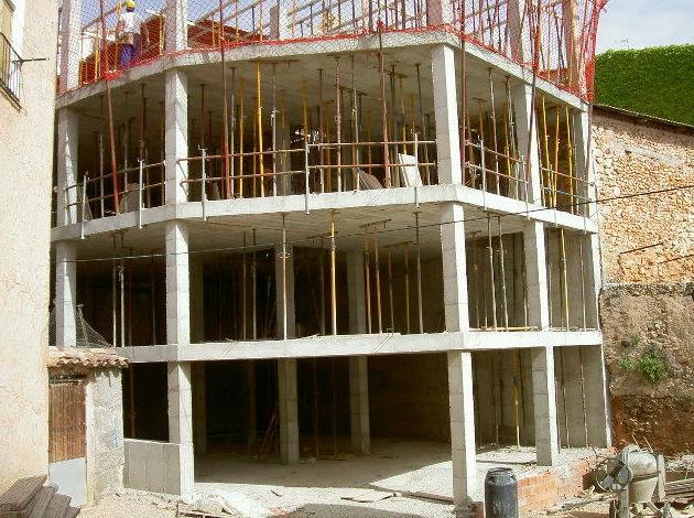 Fase de estructura de 2 viviendas adosadas, con sotano y bajo