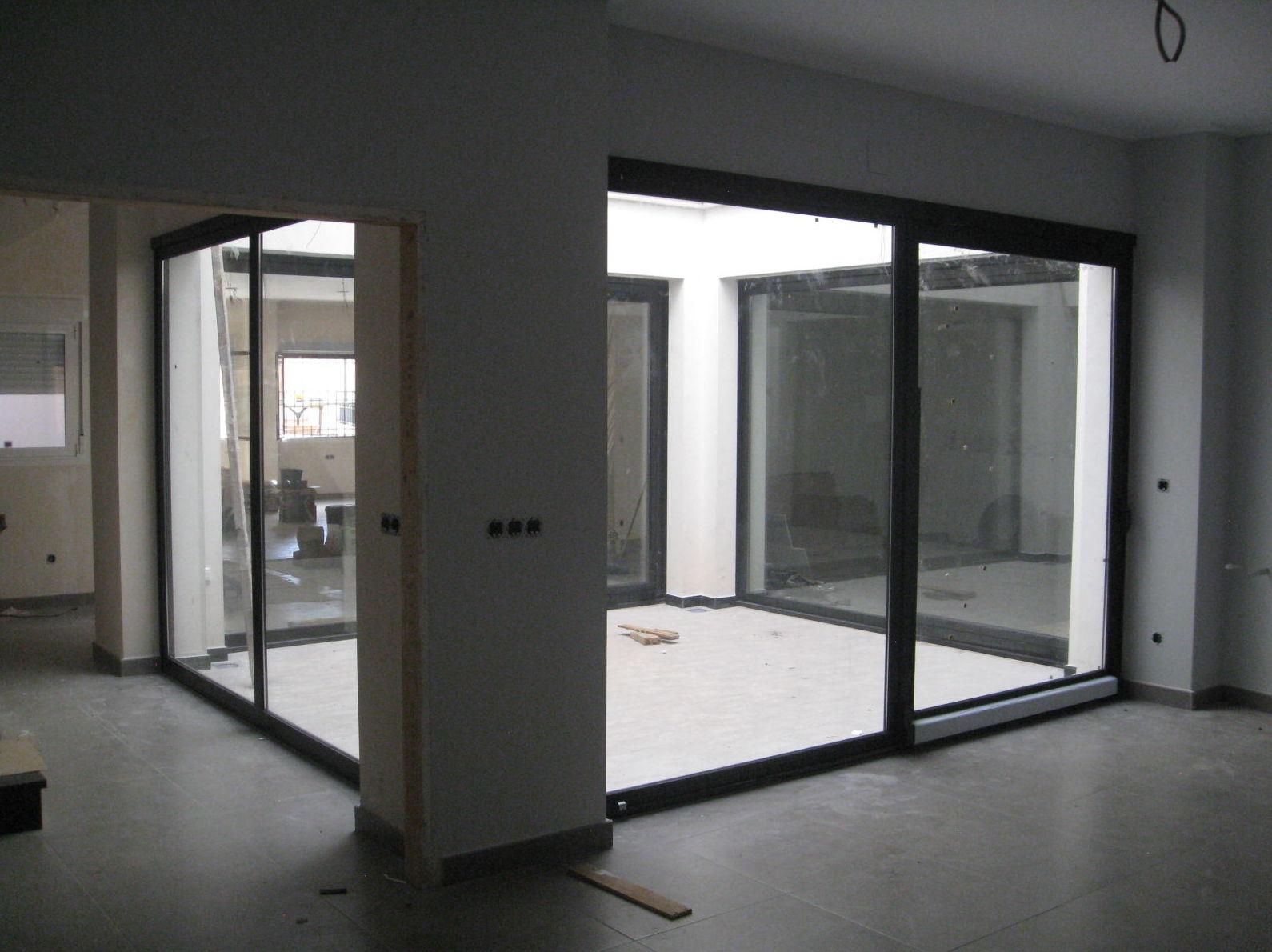 Vista de cerramiento acristalado de un patio interior