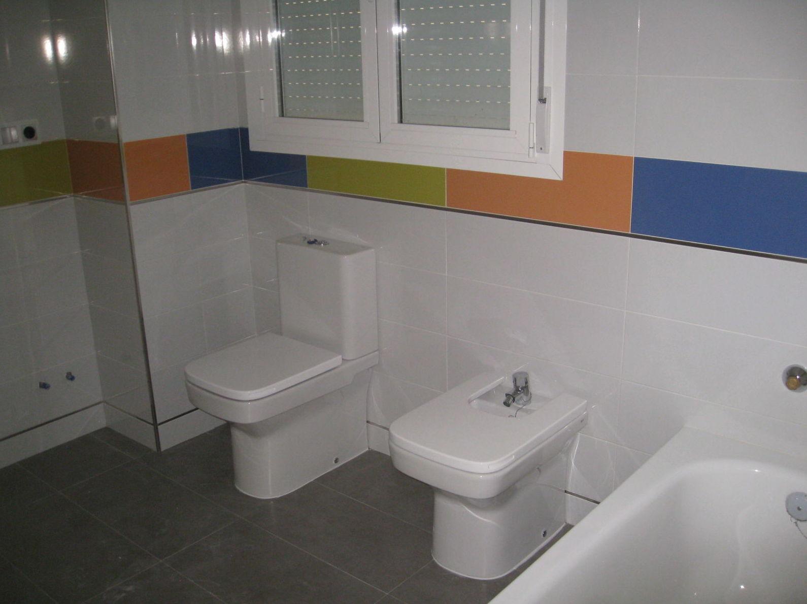 Foto de un cuarto baño, con sanitario instalado