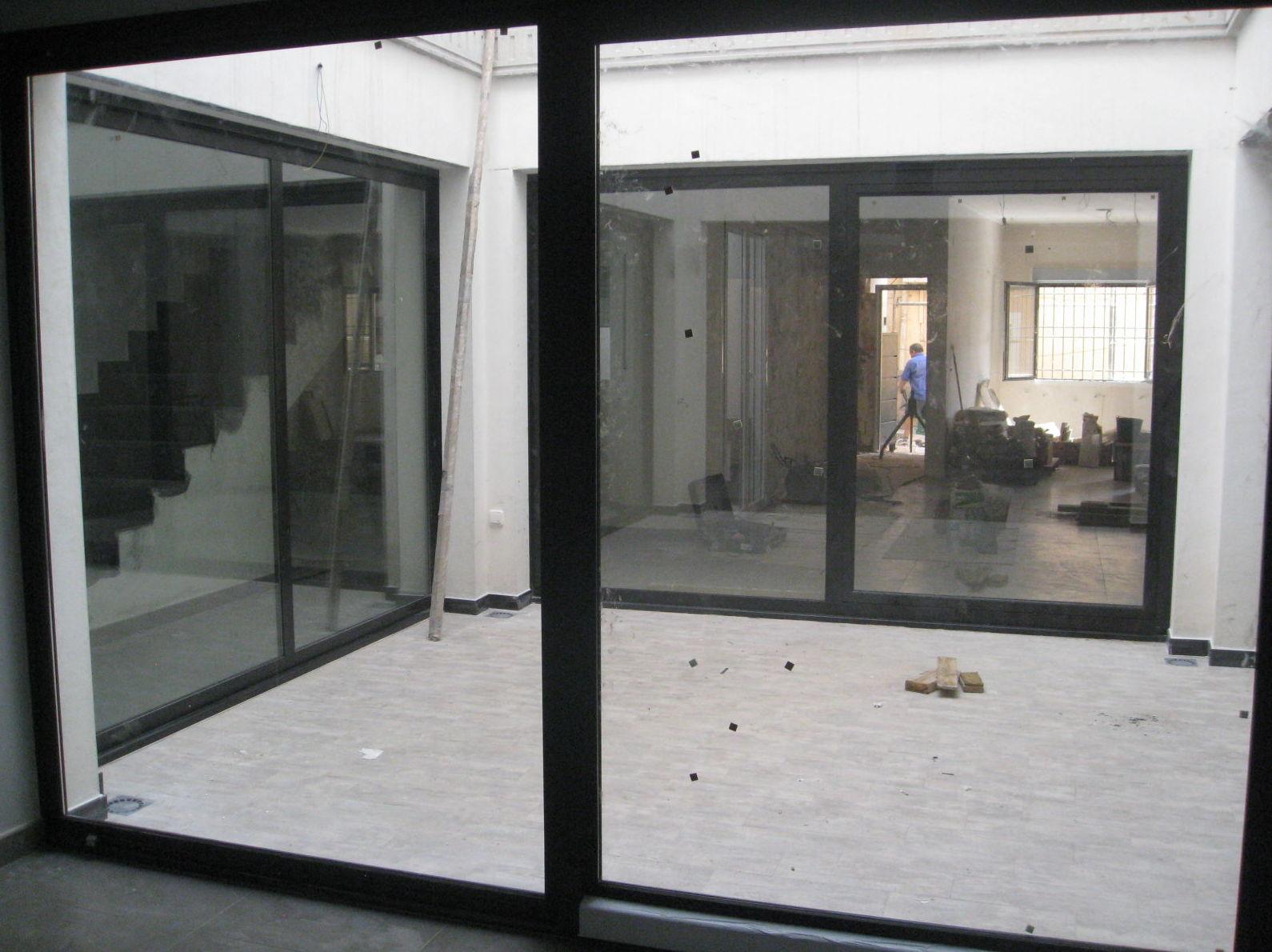 Vista de cerramiento acristalado de un patio interior 2