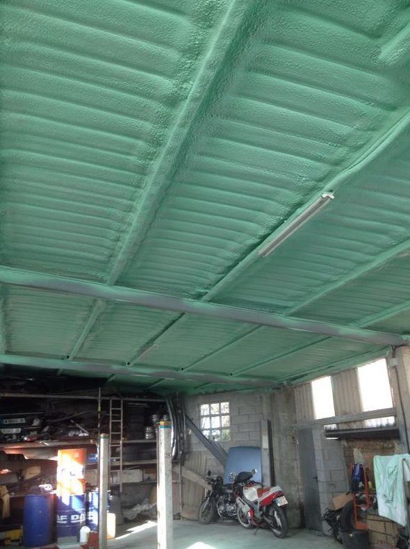 cubierta de nave, con aislamiento de espuma de poliuretano pigmentada en verde