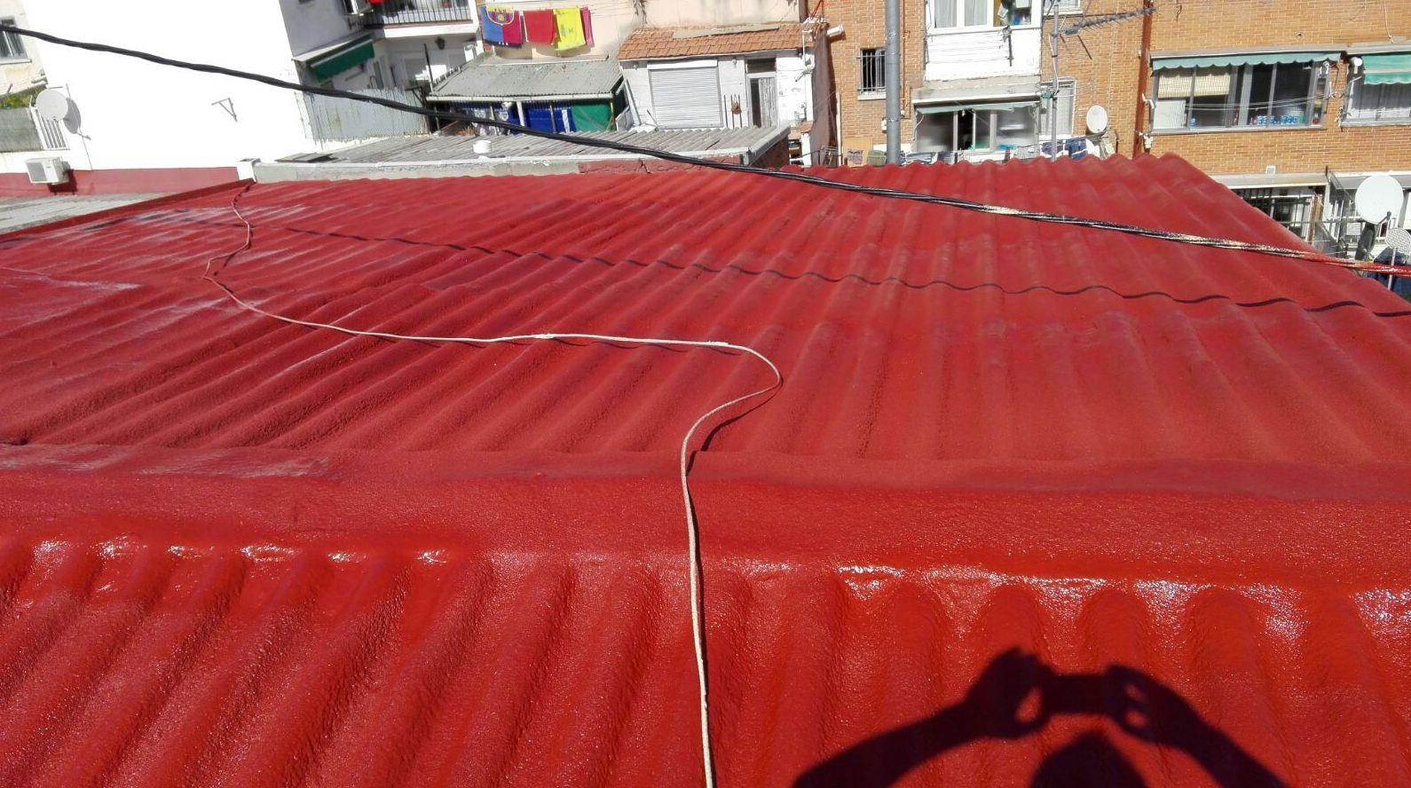Poliuretano proyectado en rojo sobre cubierta de uralita en Madrid