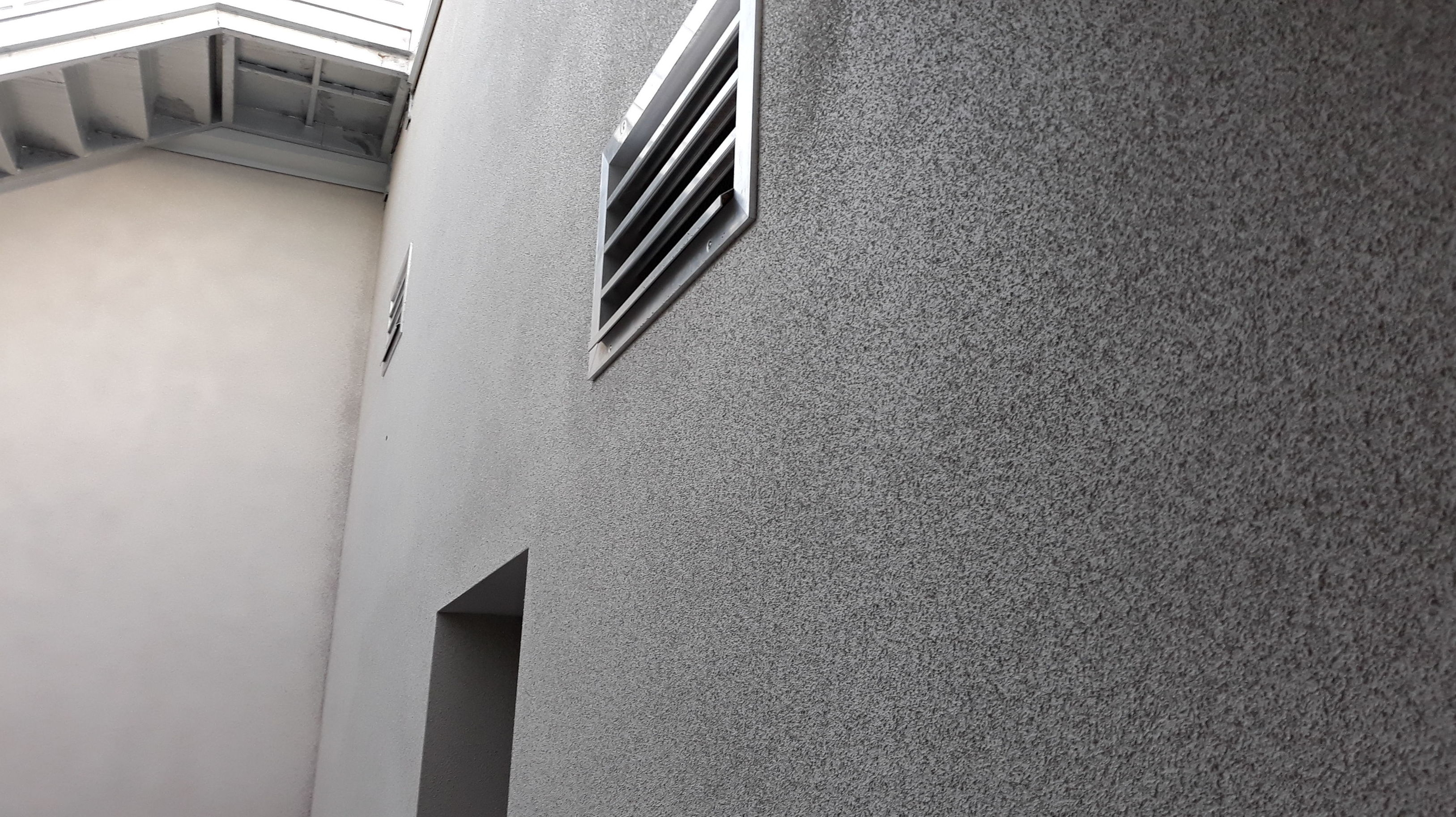Corcho natural gris claro en fachada