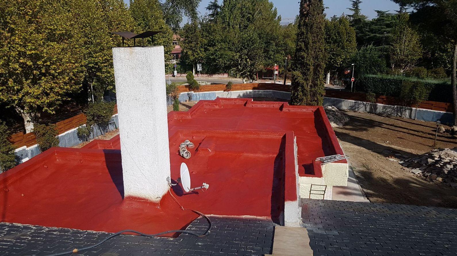 Aislamiento e impermeabilizacion con Poliuretano proyectado en rojo