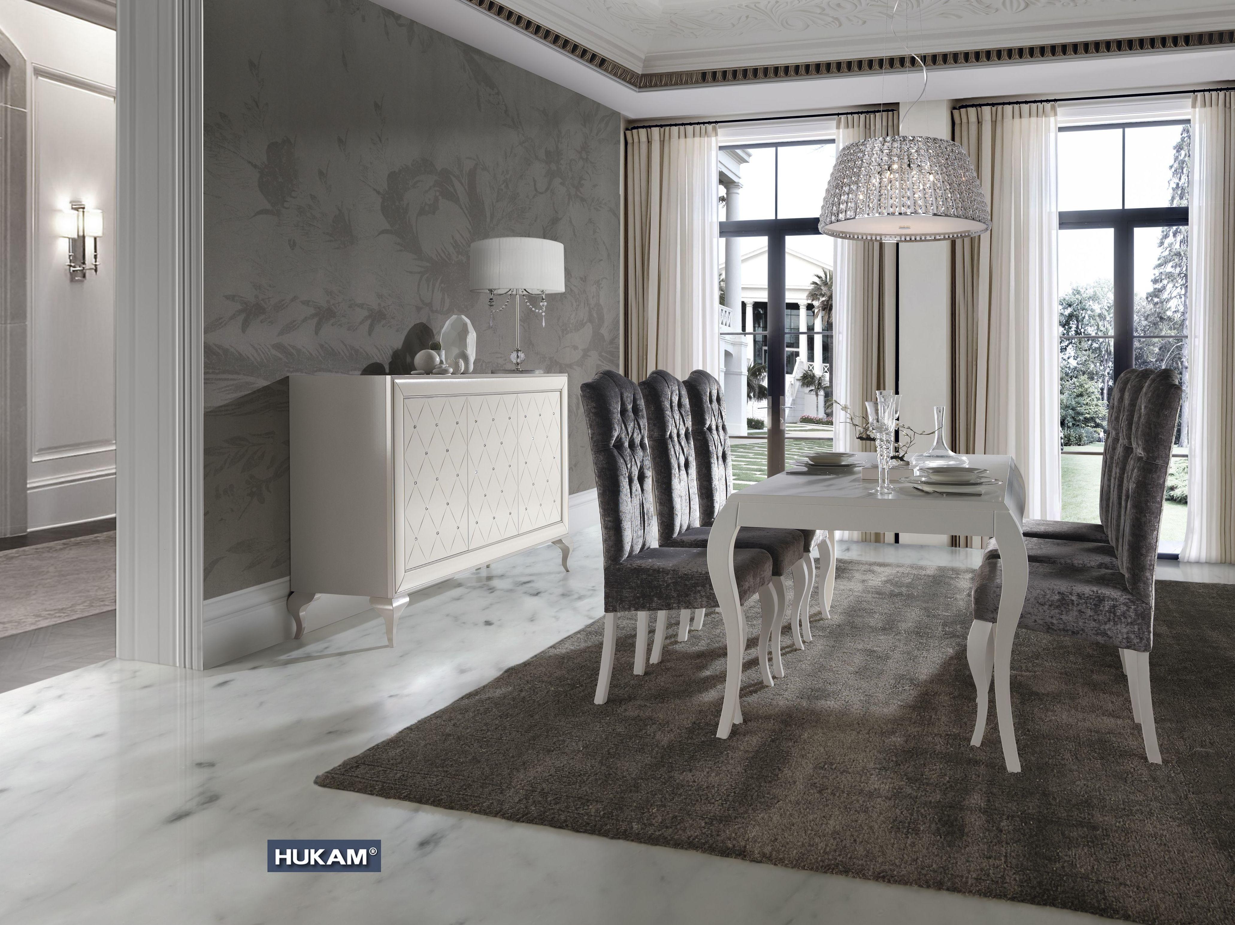 Aparador, mesas y sillas