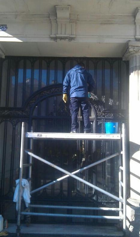 Limpieza de los cristales de una puerta de acceso