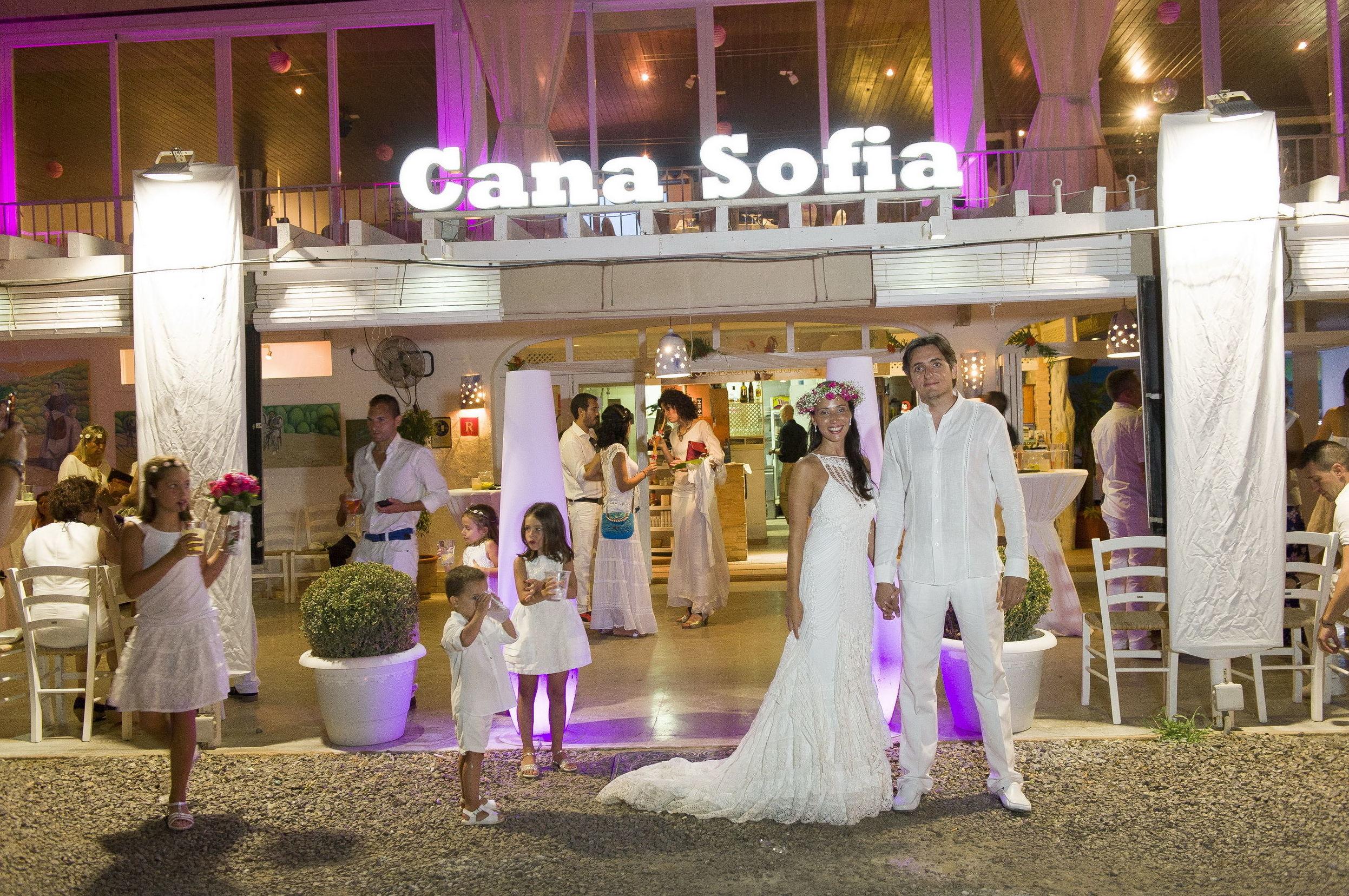 Novios ante la fachada del restaurante Cana Sofía