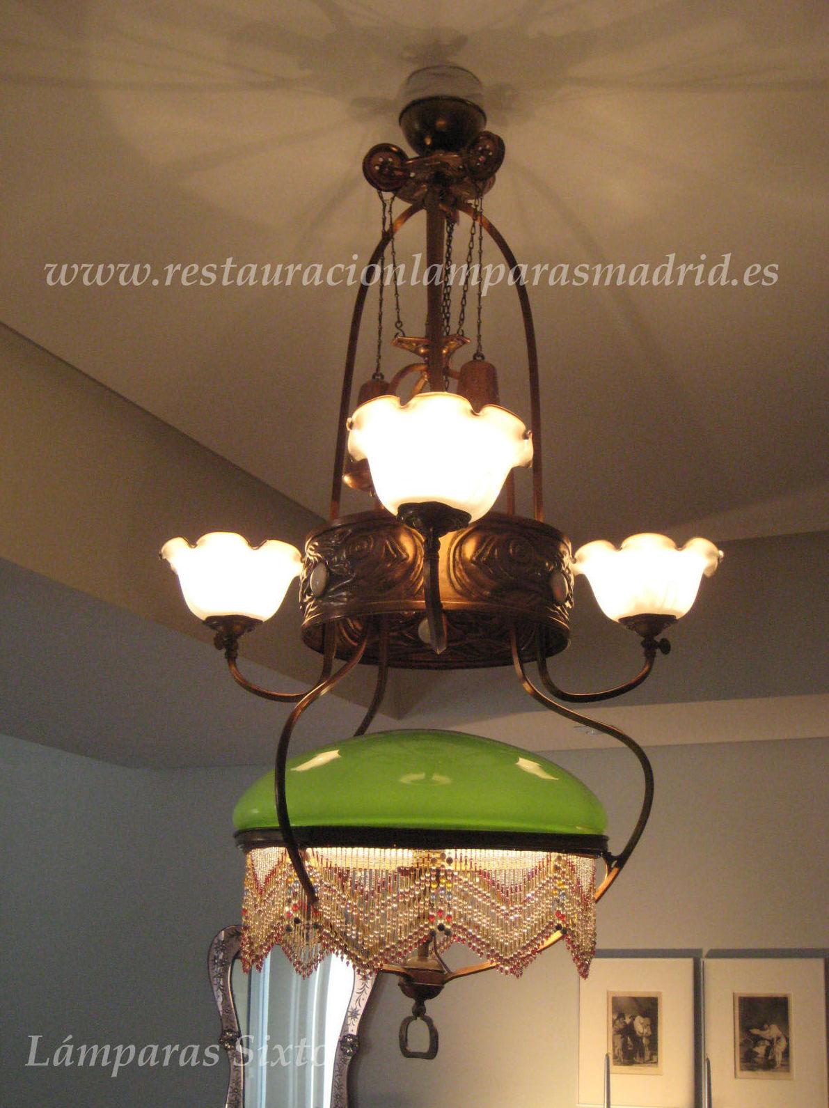 Lámpara de gas, con tulipa central de opalina verde y conjunto de 3 campanas.
