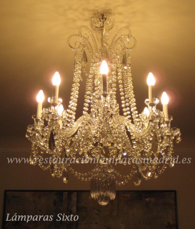 Lámpara de cristal con bola checa y almendros antiguos