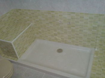 Obra de instalación de plato de ducha con asiento de obra sin tocar el resto del alicatado ni el suelo