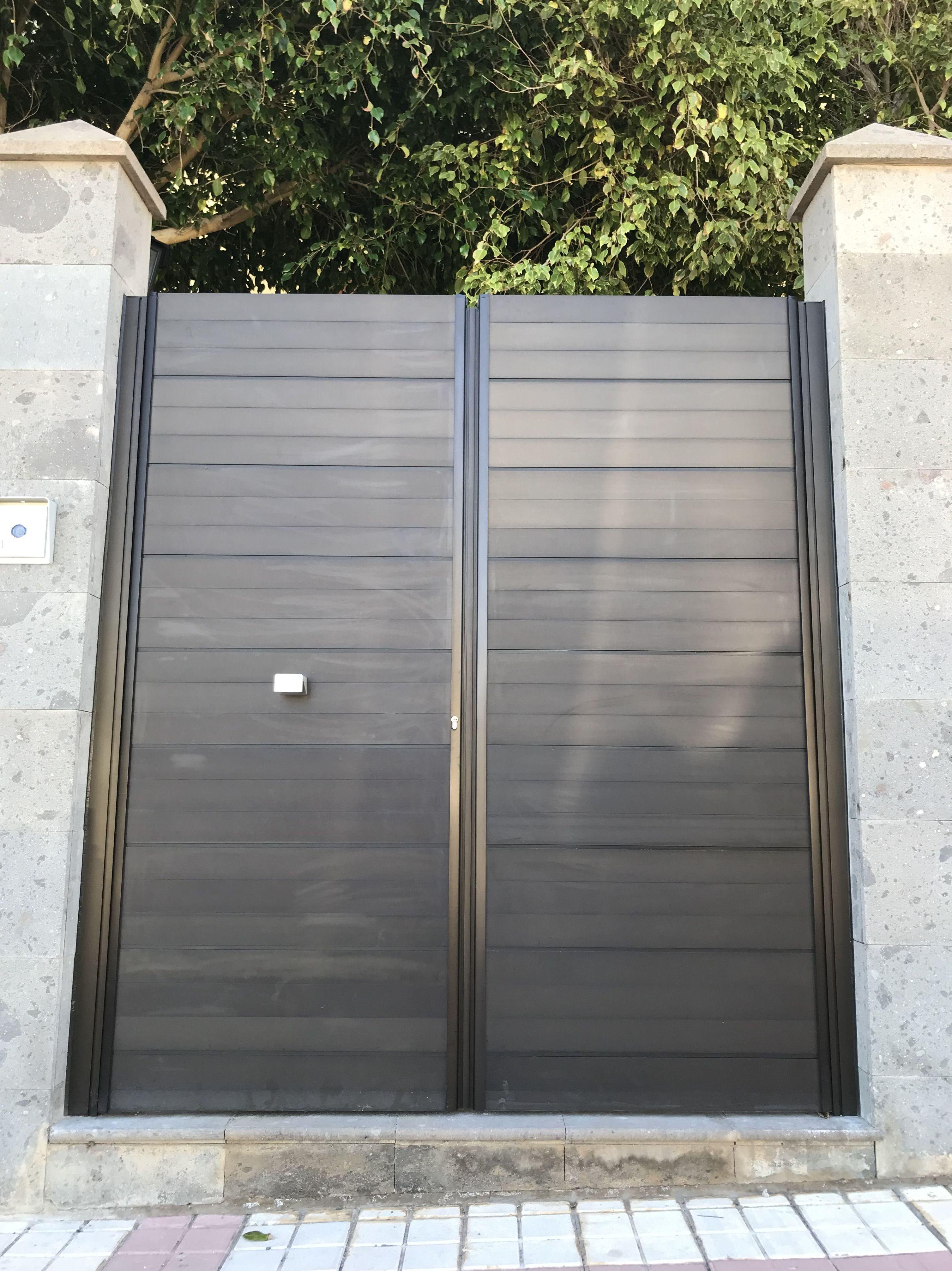 Puerta cancela dos hojas aluminio bronce, diseño moderno.