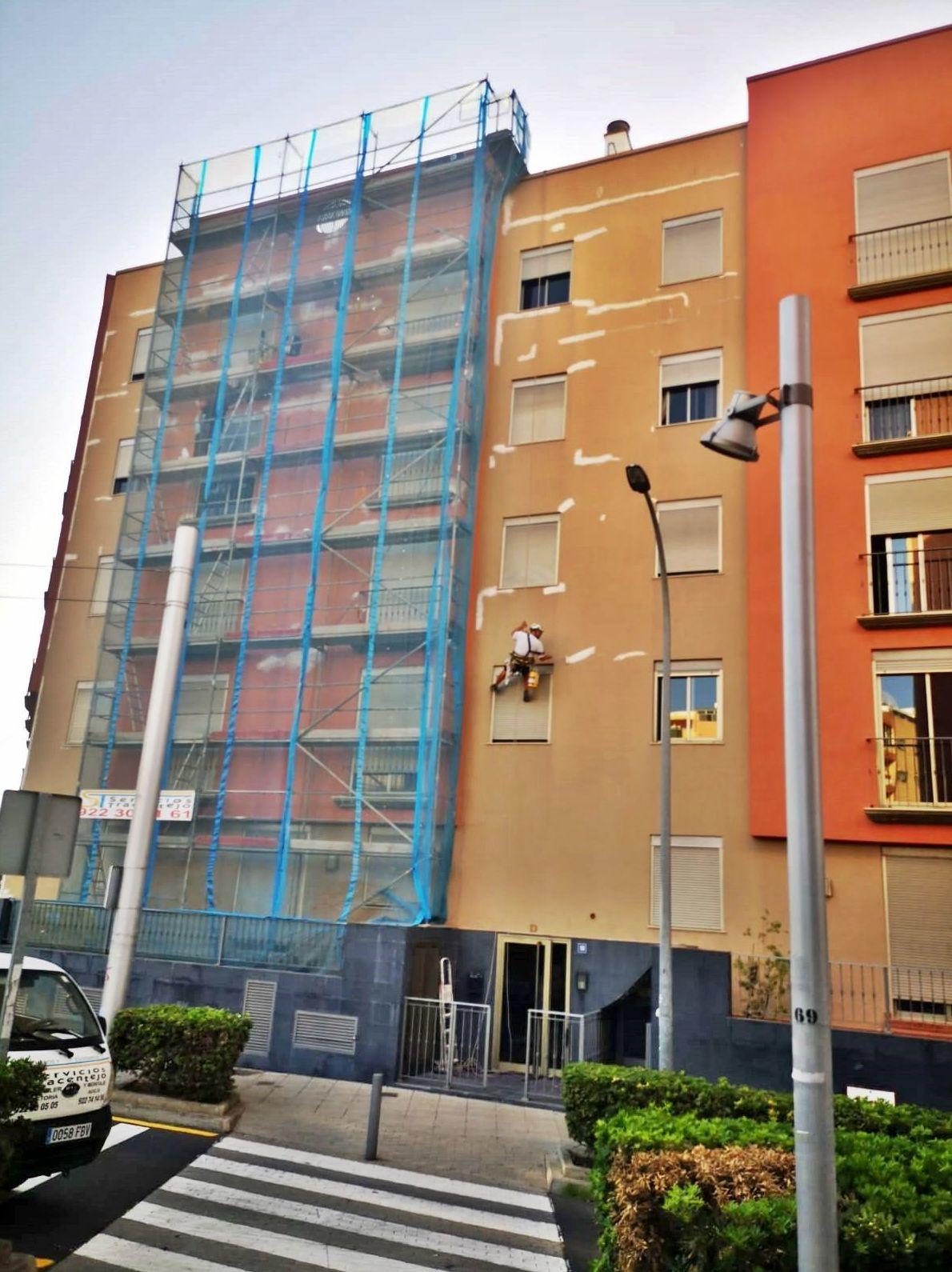 Montaje de andamiada por fases para reforma de fachada. Santa Cruz de Tenerife.