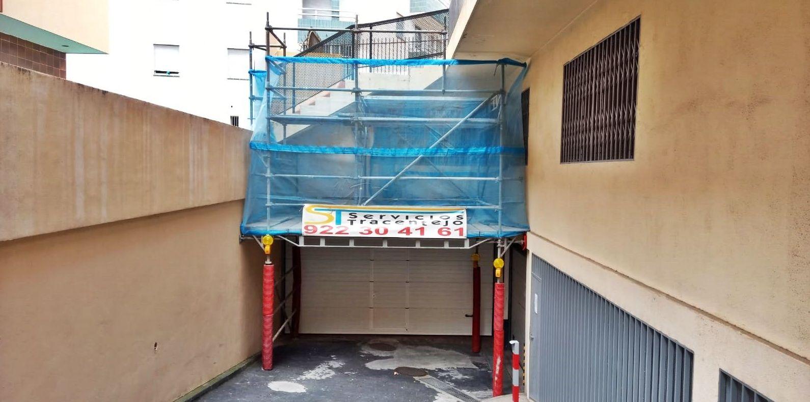 Andamio multidireccional con marquesina de protección para rehabilitación de fachada.