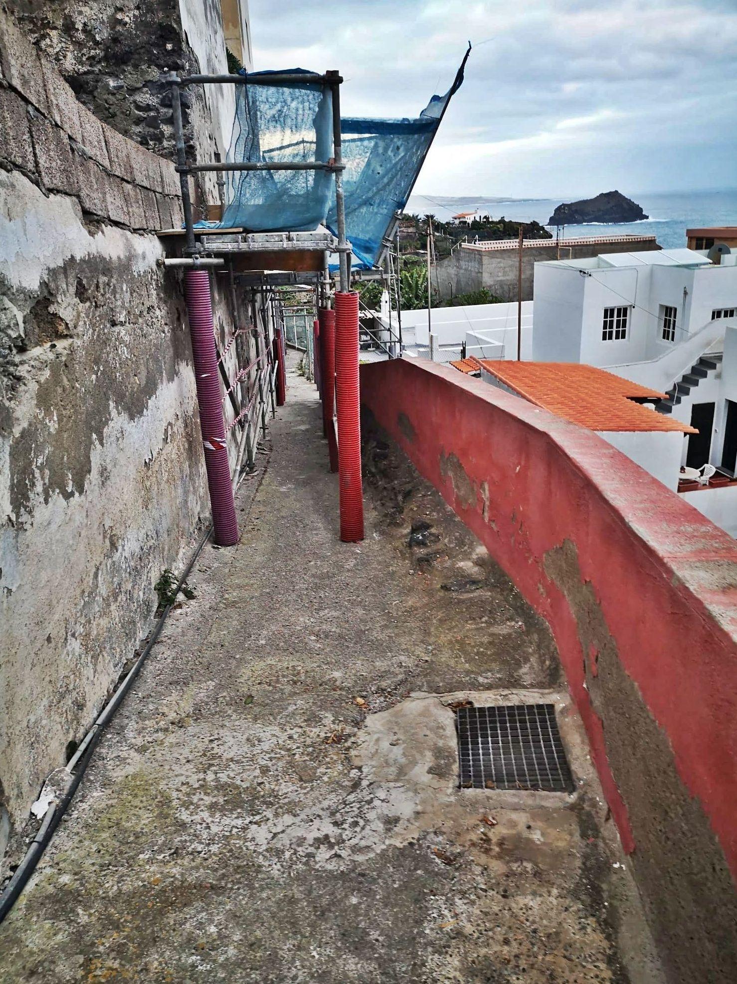 Instalación de andamios en Garachico