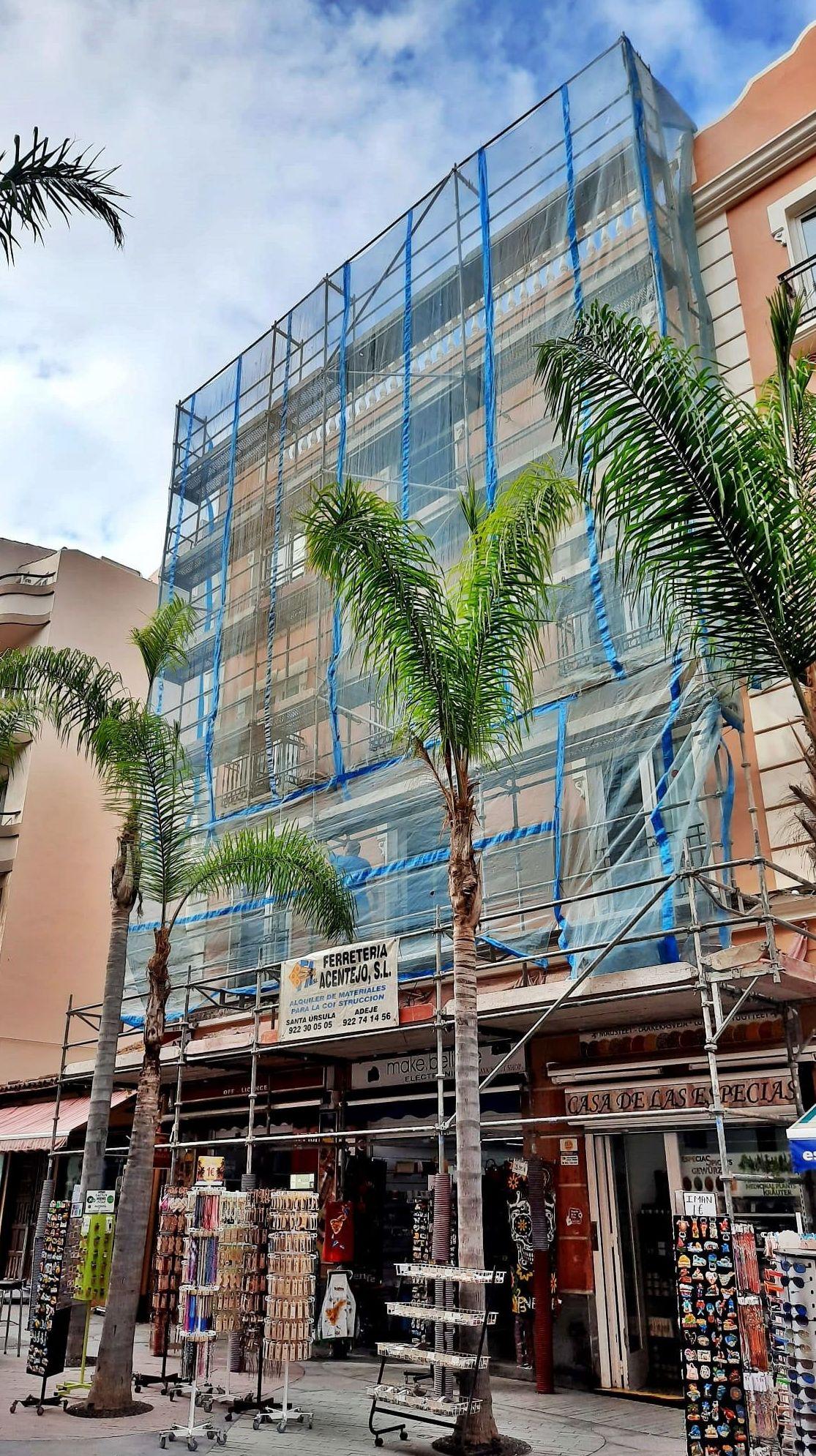 Montaje de andamios en fachada. Puerto de la Cruz. Tenerife.