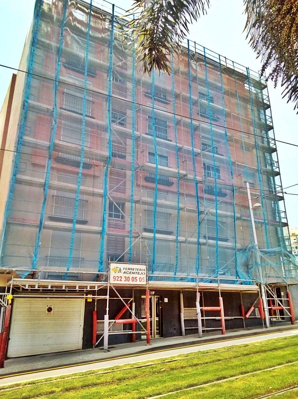 Rehabilitación de cornisas en edificio con andamio de fachada. Santa Cruz de Tenerife.