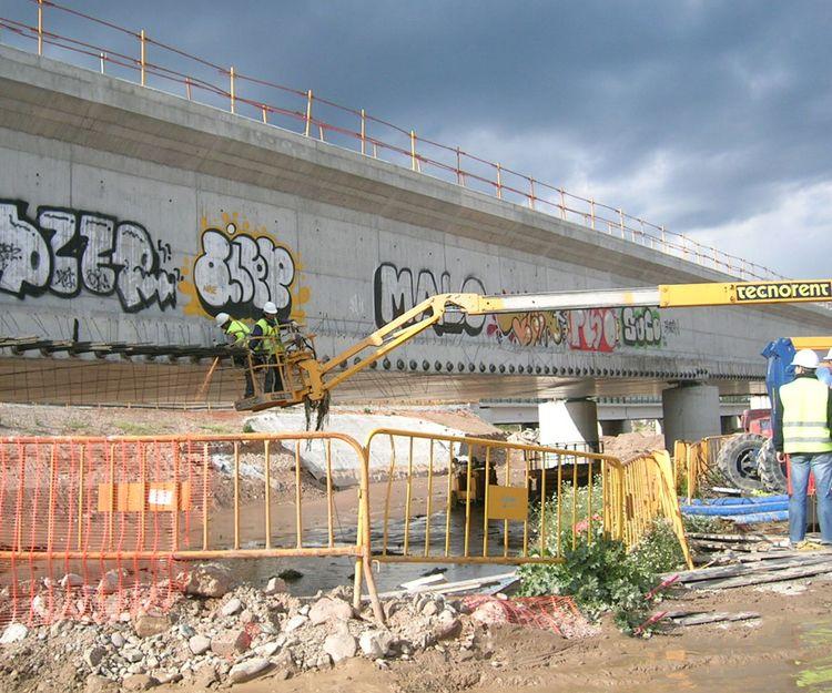 Limpieza de grafitis en puente