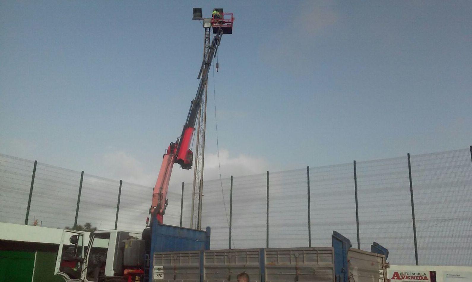 Servicio de camión grúa en campo de fútbol