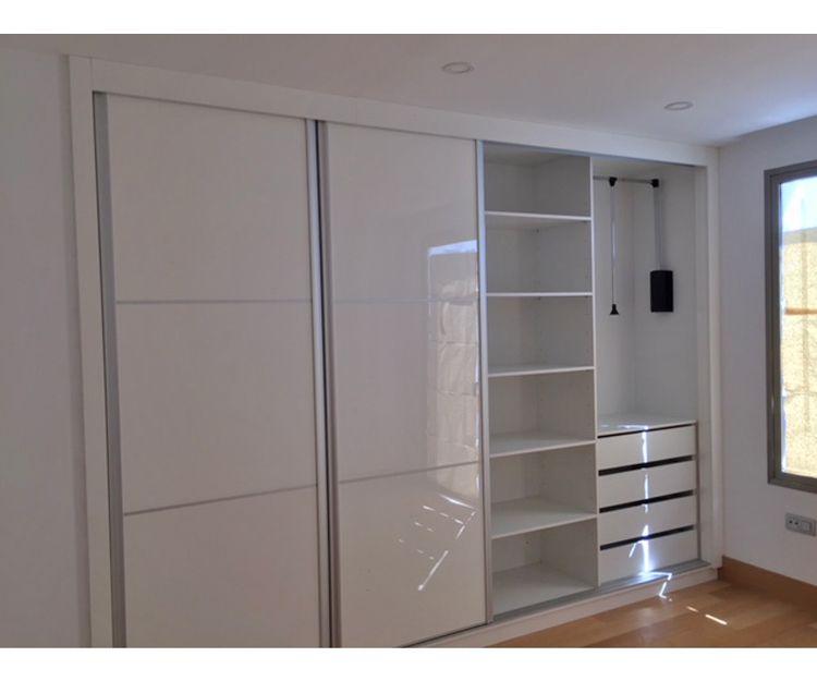 Interior amplio de armario