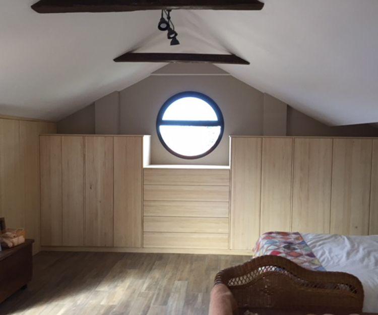 Buhardilla con muebles de madera