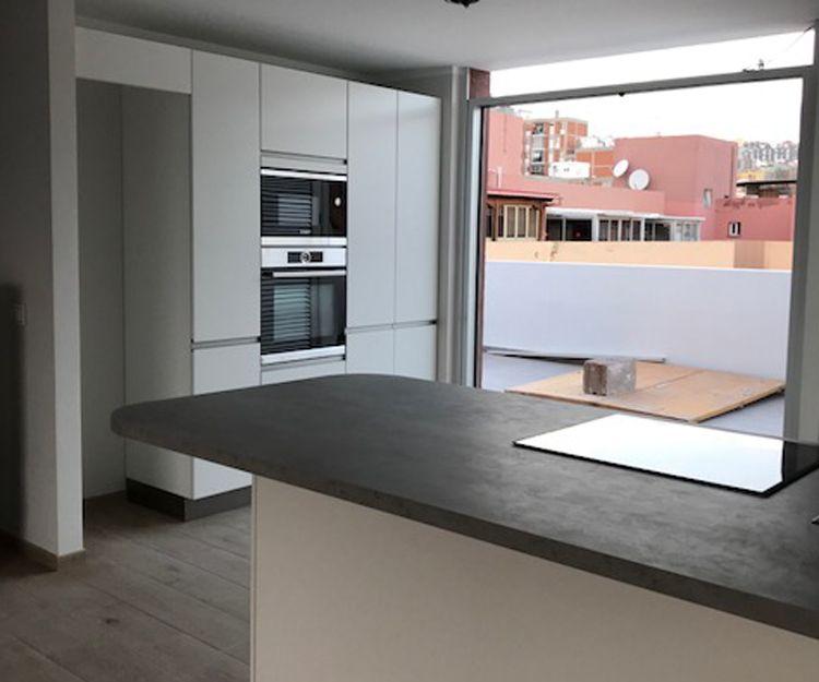 Cocina con muebles de madera color blanco