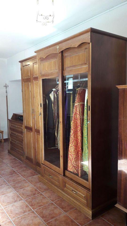 Armario a medida. Madera maciza de pino barnizada en nogal, con mueble cajonera, mueble biblioteca y mueble expositor de casullas sacerdotales antiguas