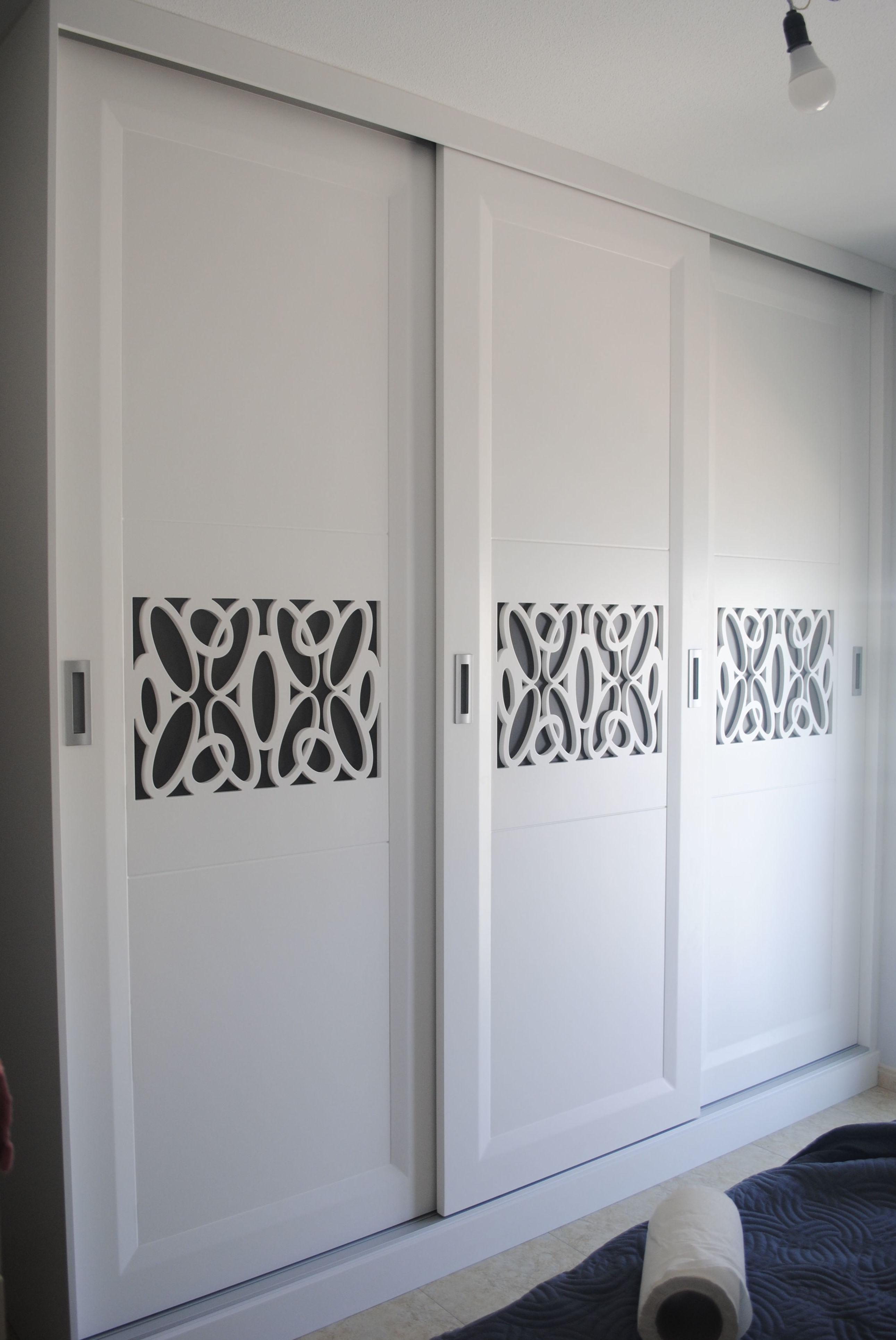 armario empotrado con puertas pantografiadas lacado blanco y fondo antracita.