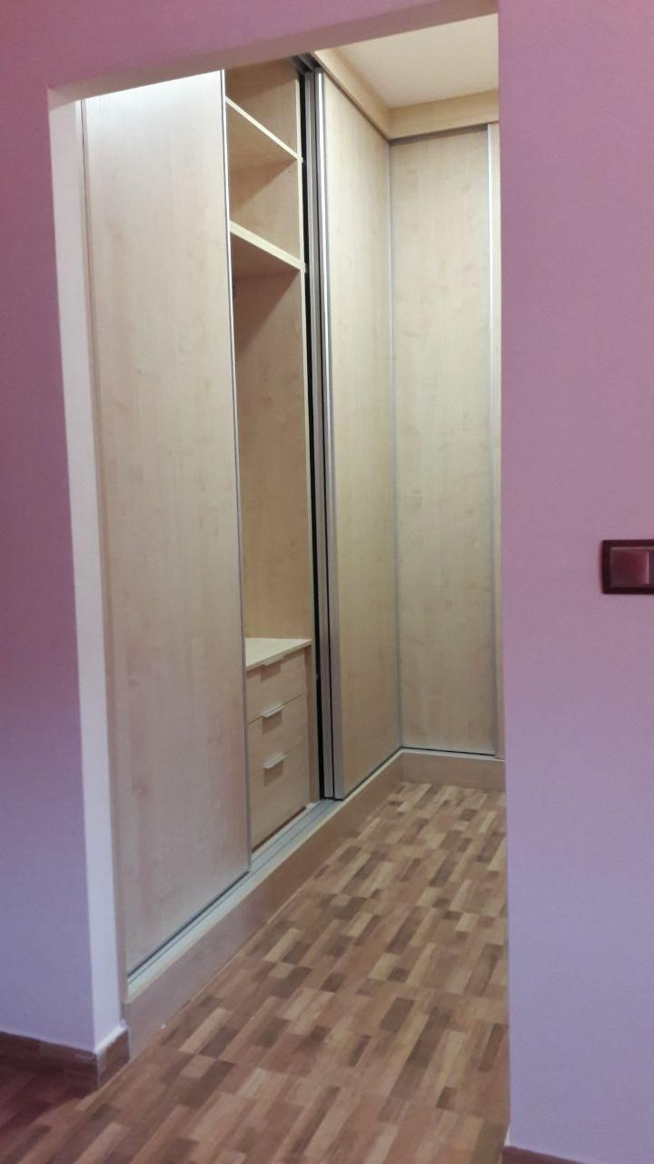 Armario empotrado con puertas correderas tanto en zona interior como exterior