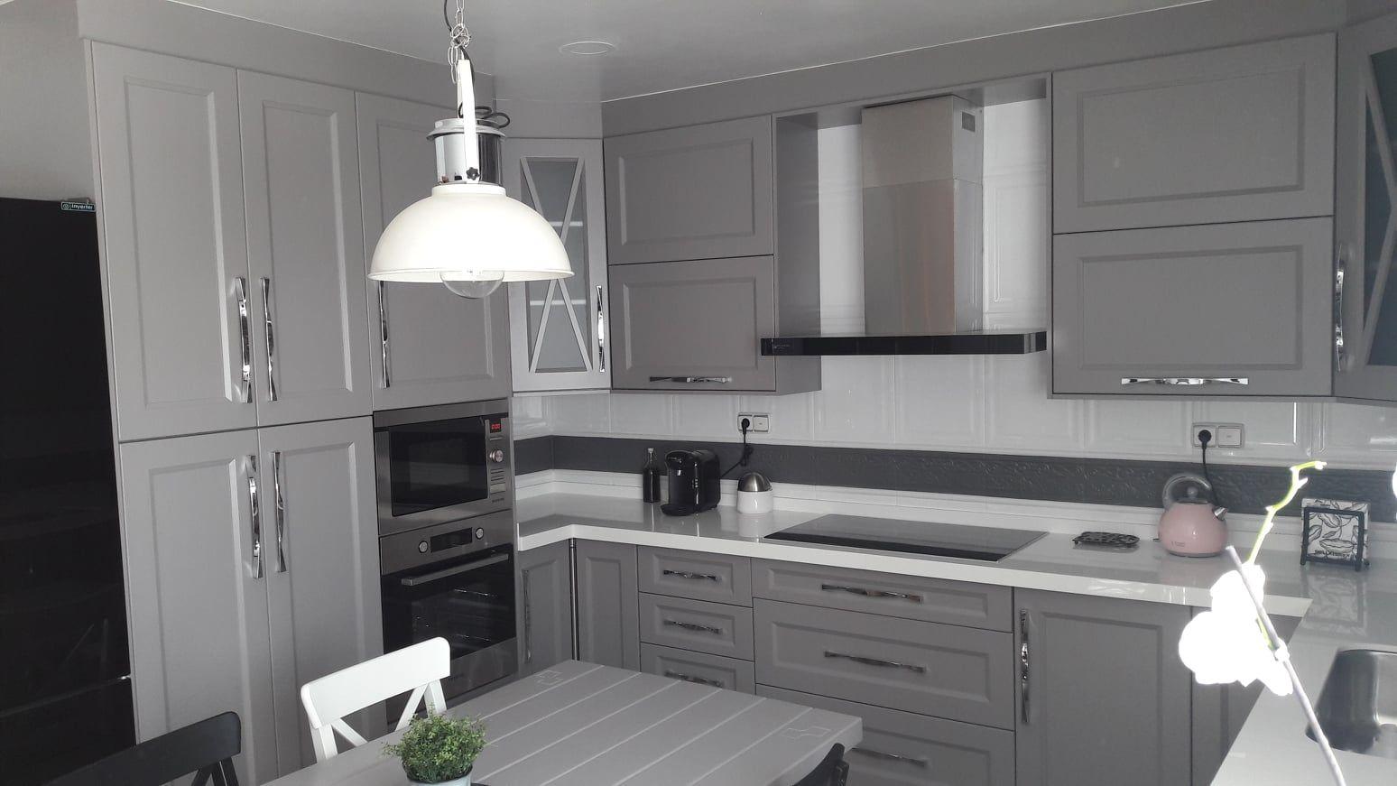 Cocina modelo xátiva lacada gris platino con encimera porcelánico blanco