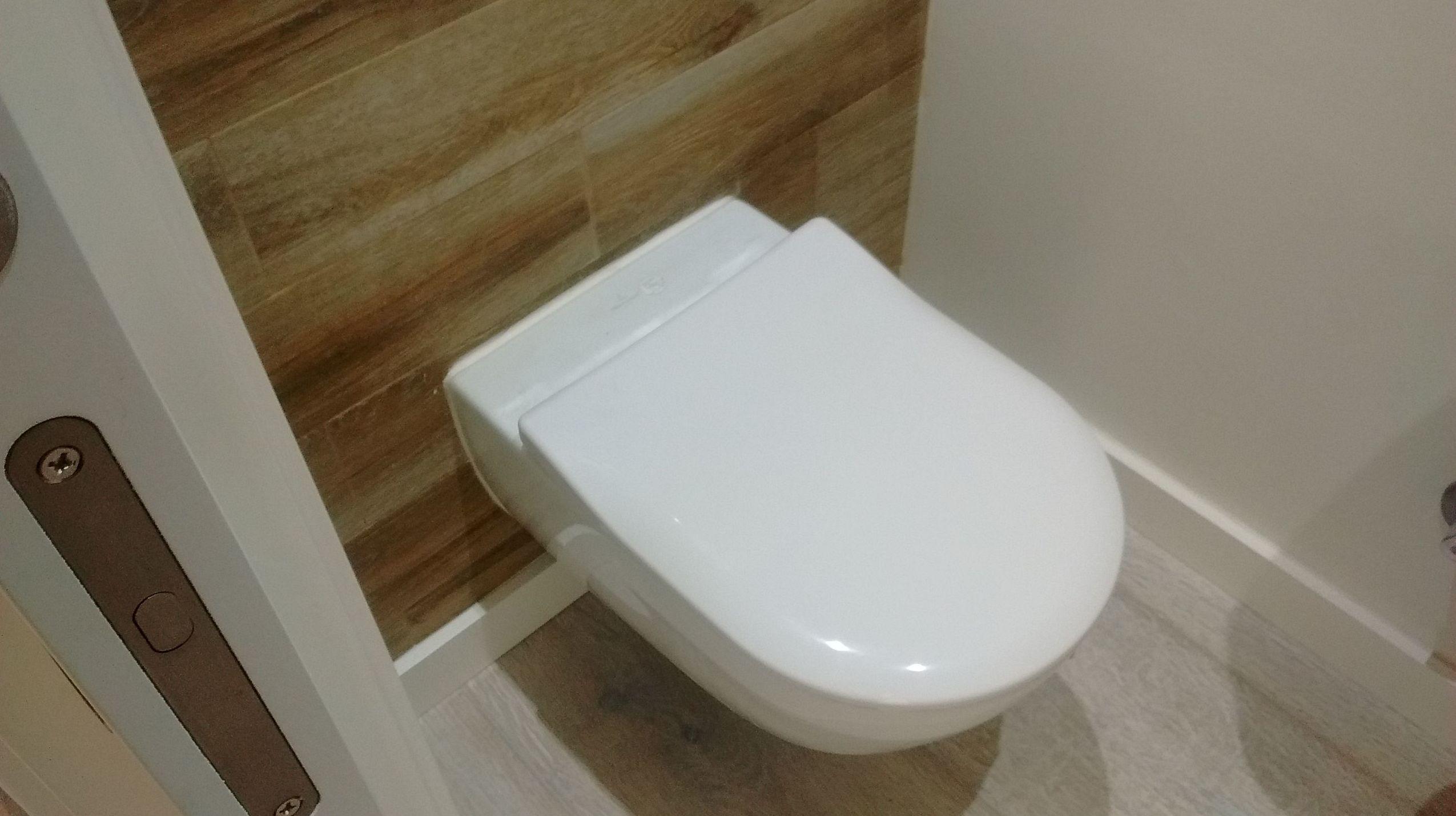 Aseo alicatado con porcelánico imitación madera y suelo de tarima flotante de parquet de roble blanco. Marbella