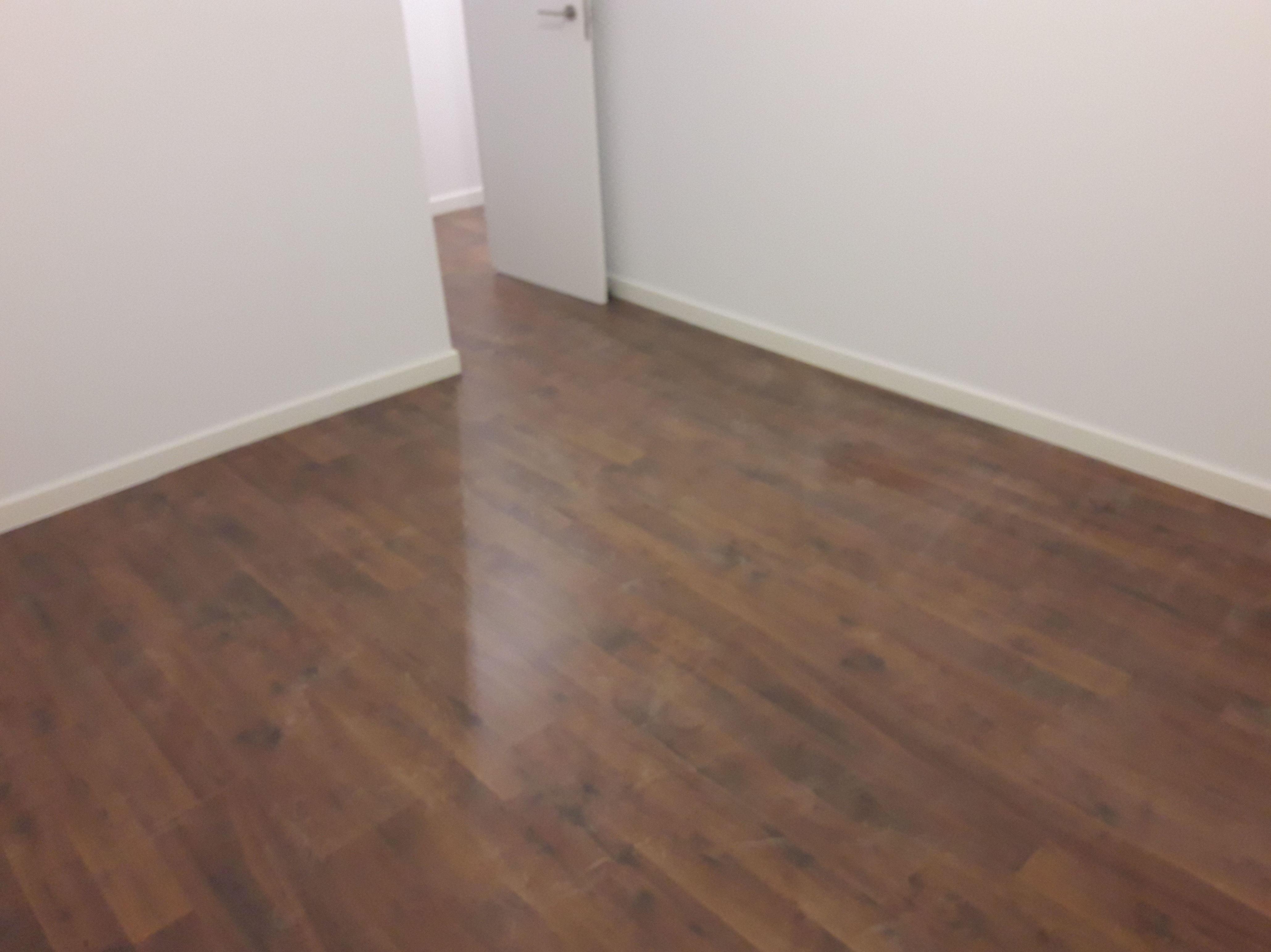 Instalación de Suelo Laminado y rodapiés lacados en blanco en apartamento. Málaga. Instalador de Pavimentos, Tarimas y Suelos Laminados