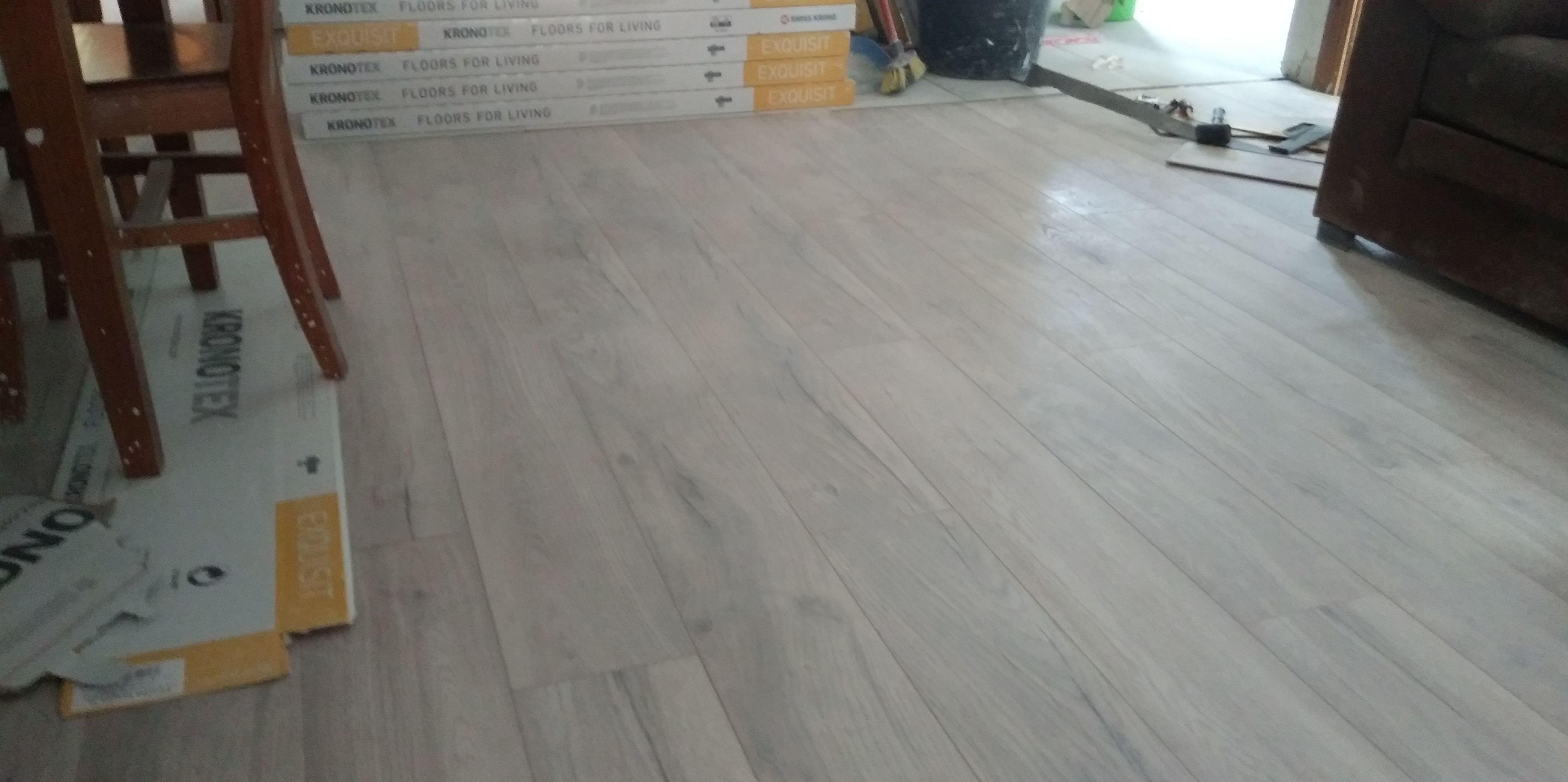 Instalando un suelo laminado de la serie EXQUISIT DE KRONOTEX en Estepona (Málaga). Instalador de tarimas flotantes y suelos laminados en Estepona