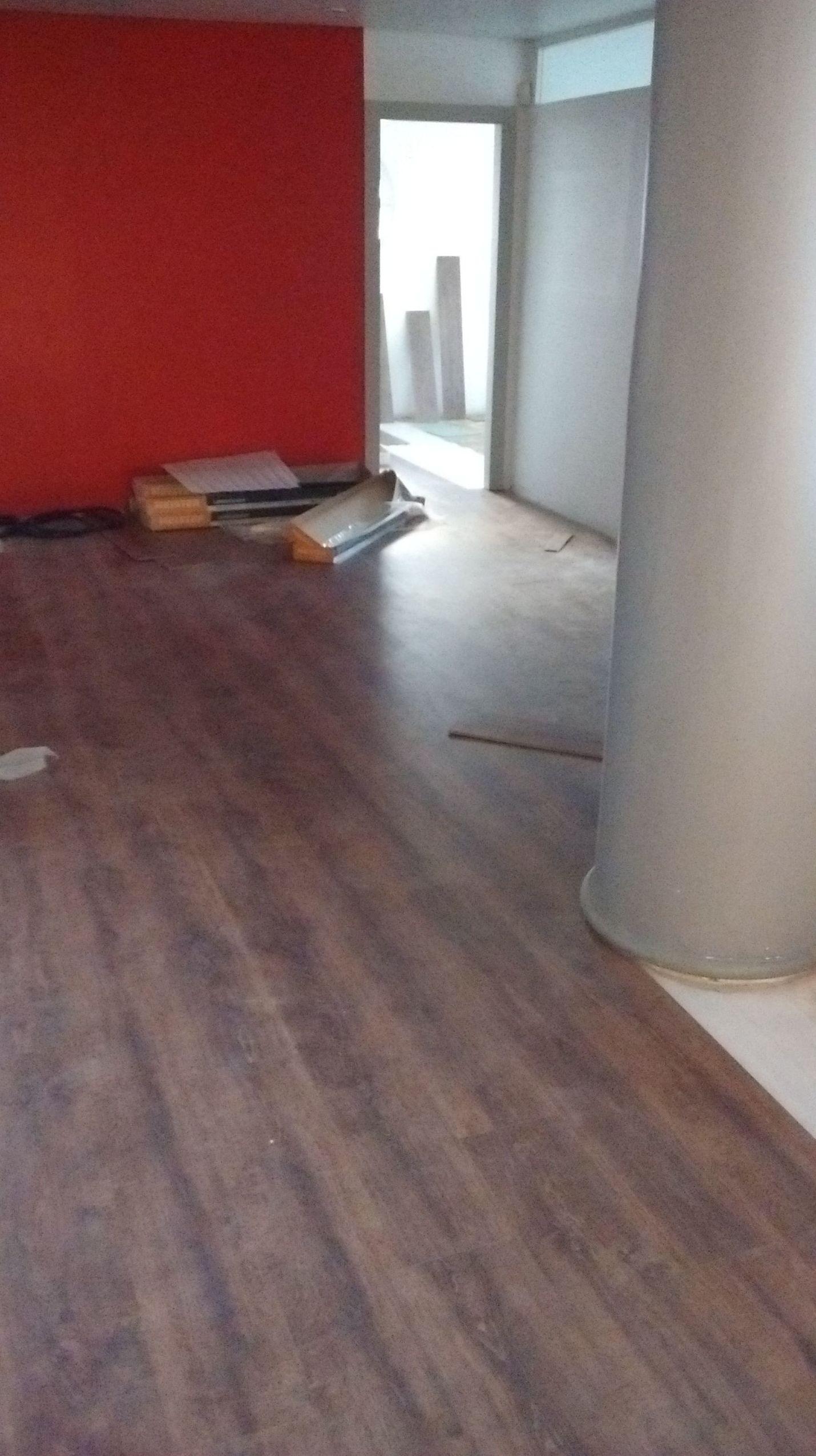 Instalando un suelo laminado en un despacho. San Pedro de Alcántara