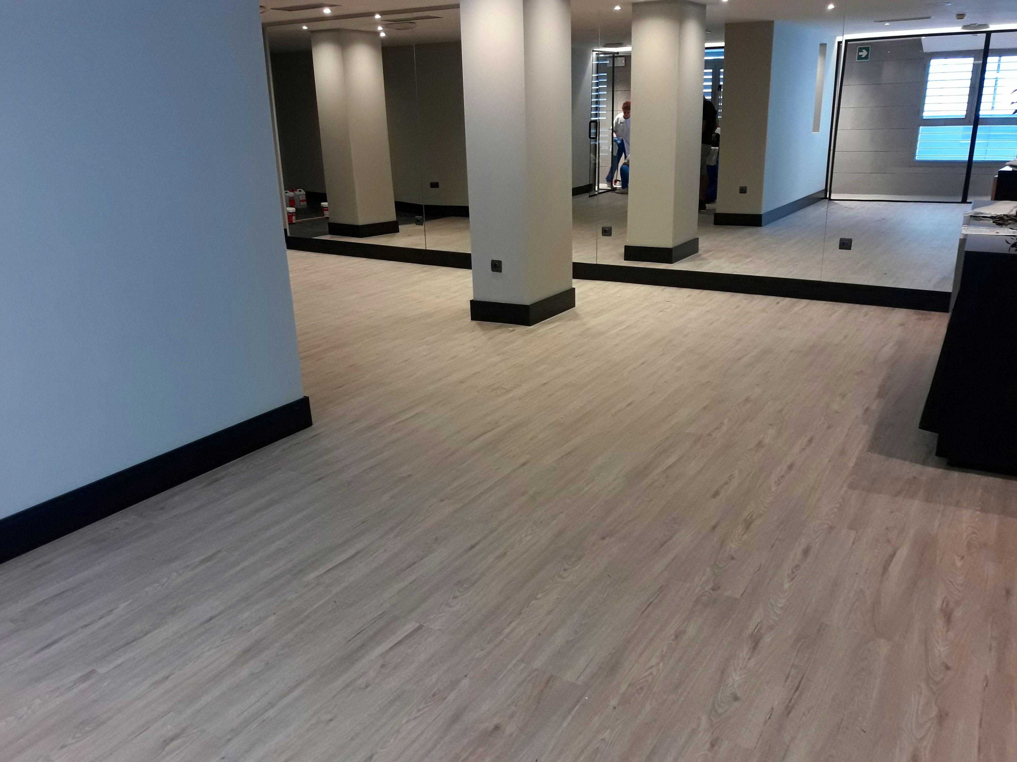 Instalación de Suelo de PVC y Pavimento de caucho de fitness y nivelado de solera con pasta niveladora en Málaga. instaladordetarima.com - Instalador de pavimentos, tarimas y Suelos laminados.