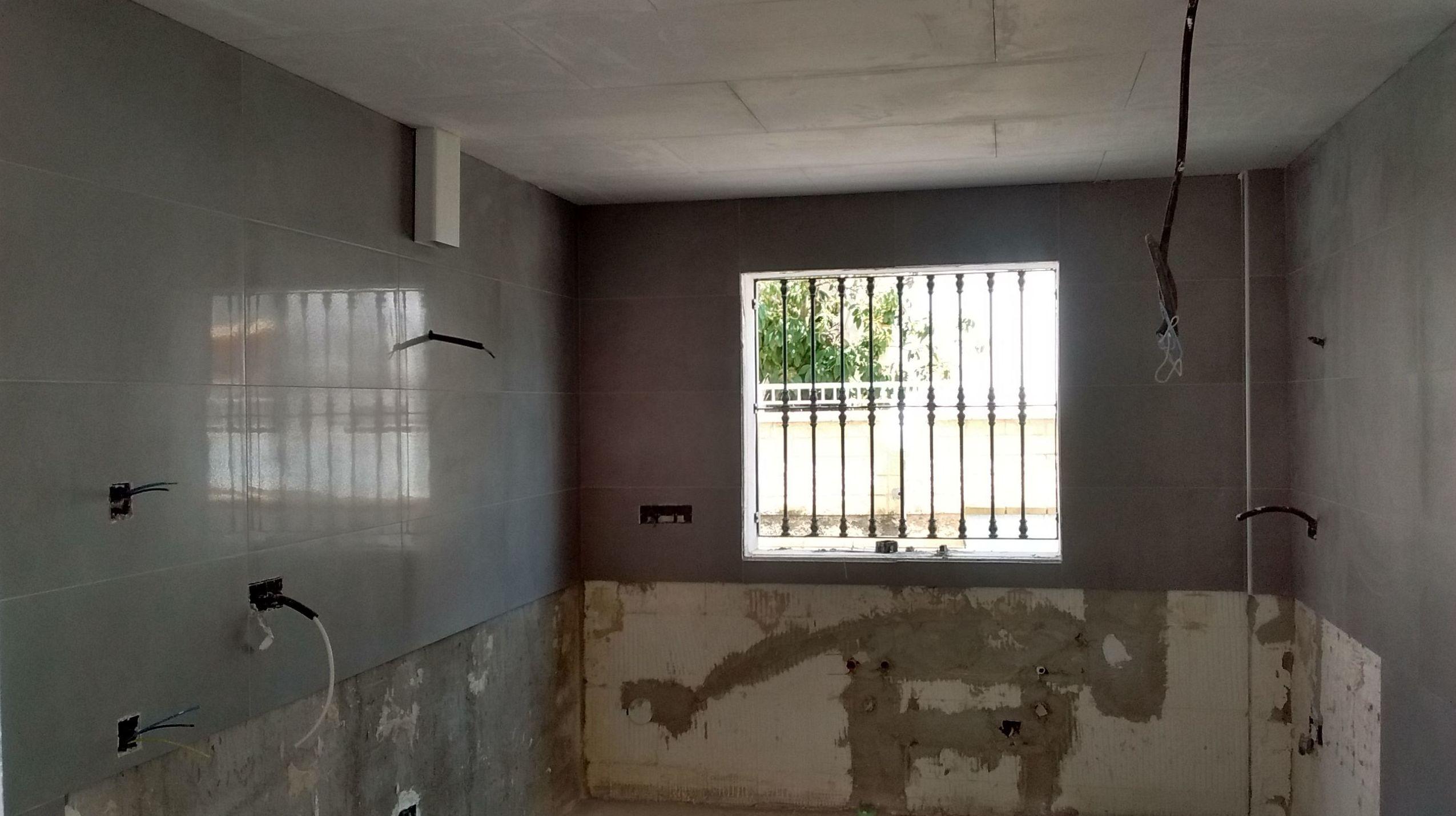 Alicatado de cocina con porcelánico rectificado color cemento. Mijas Costa (Málaga)