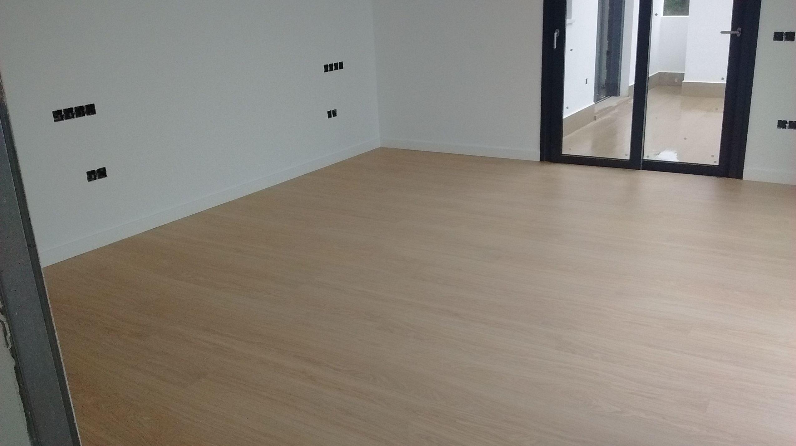 Instalación de suelo laminado Quick-Step y rodapiés de 12 cm lacados en blanco. Estepona
