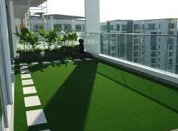 Césped artificial instalado pegado sobre mortero autonivelante en terraza de ático. instaladordetarima.com