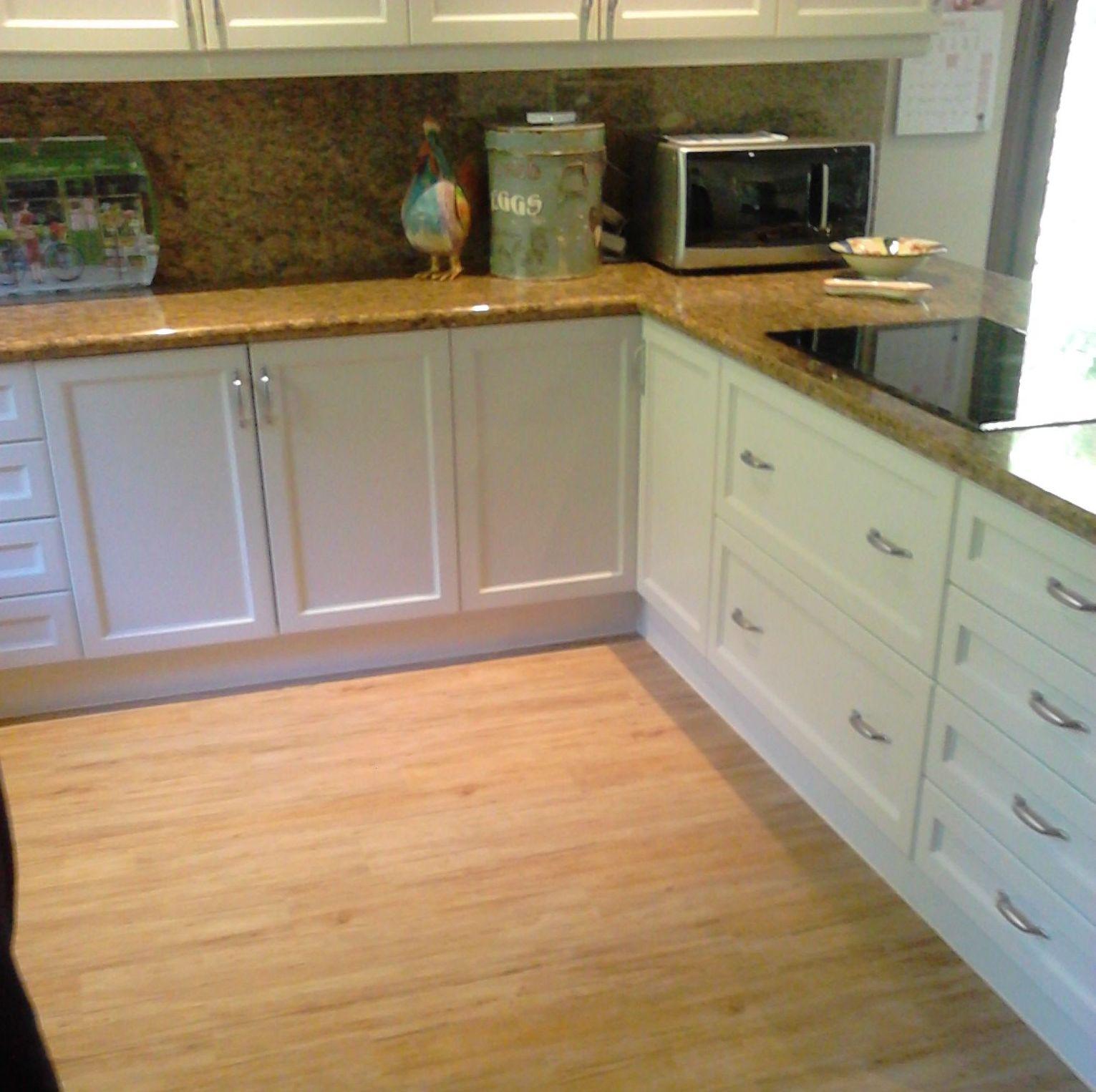 Instalando un Suelo Laminado válido para cocinas. Algunos suelos laminados son aptos para habitaciones humedas o con riesgo de derrames. Instalador de Suelos Lainados en Málaga