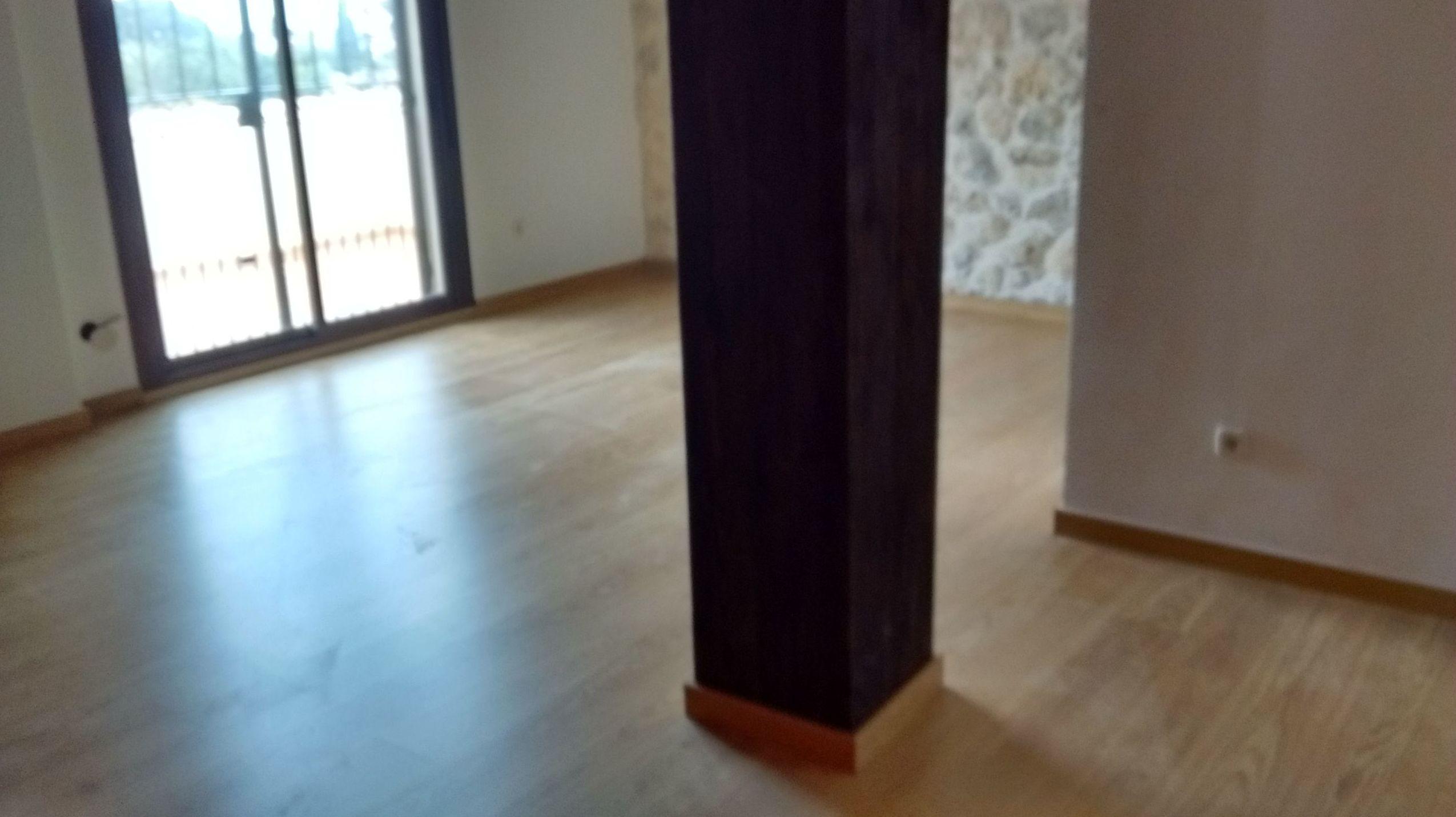 Instalación de parquet de madera de roble multicapa barnizado
