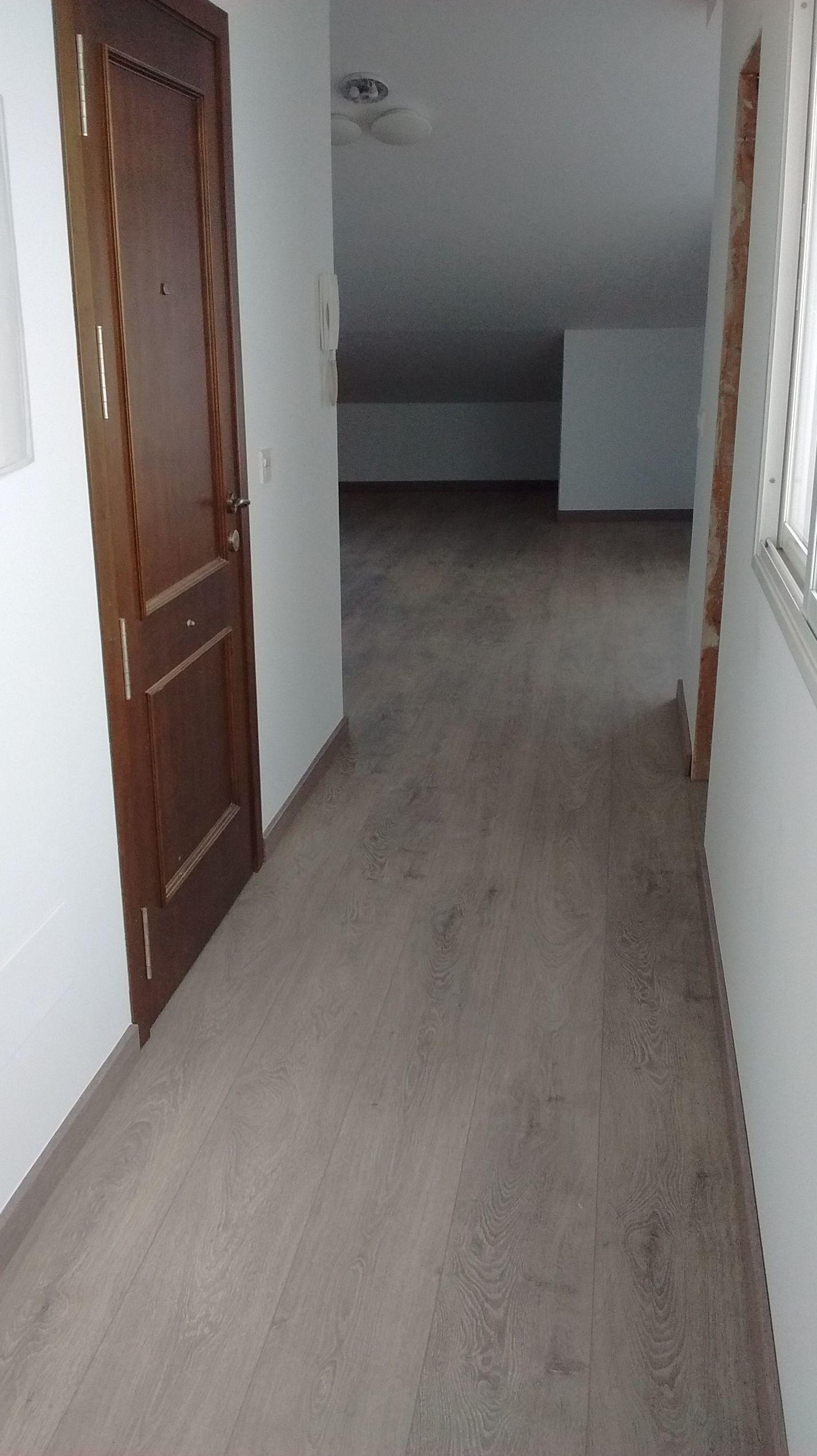 Alisado de paredes, nivelado con mortero autonivelante e instalación de suelo laminado.