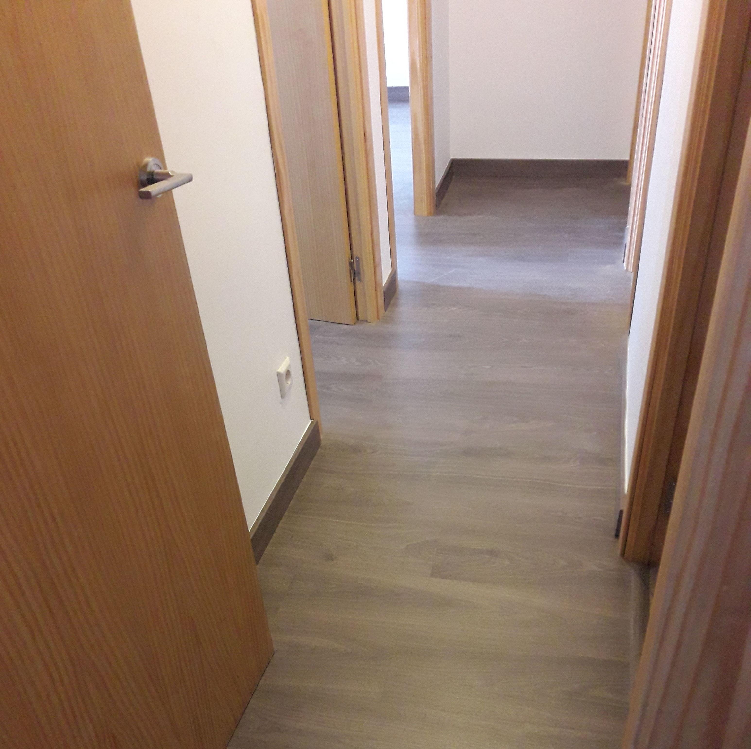 Instalación de Suelo Laminado y rodapiés a juego en un piso de Fuengirola (Málaga). Instalador de suelos laminados en la Costa del Sol