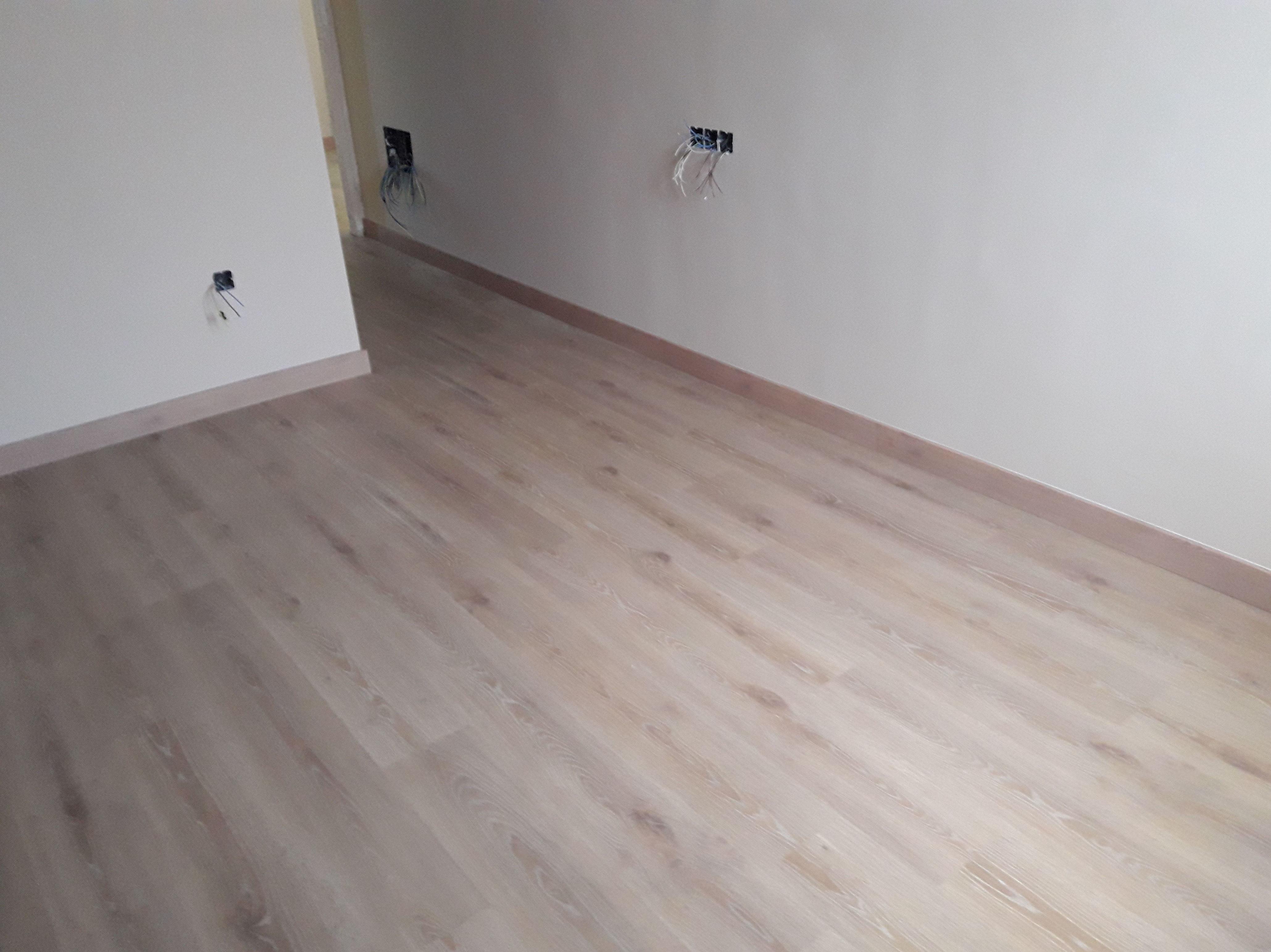 Suelo Laminado AC5/33 roble natural real wood. Instalación de suelo en San Roque por instalador de suelo laminado, tarimas flotantes y pavimentos. Móvil: 684 222 222