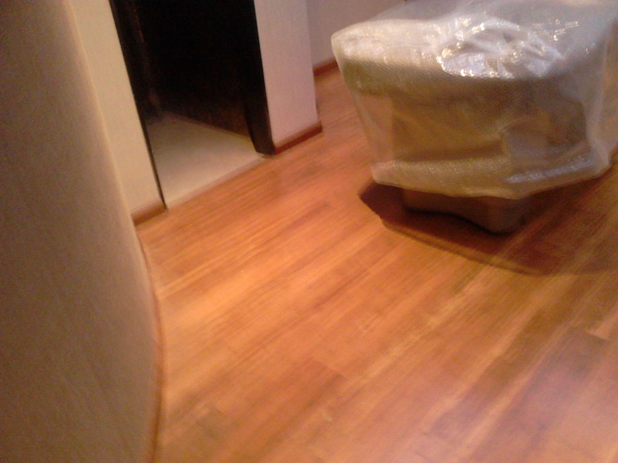 Nivelado de solera con mortero autonivelante e instalación de parquet macizo flotante de Bambú. Hotel Kempiski, Estepona